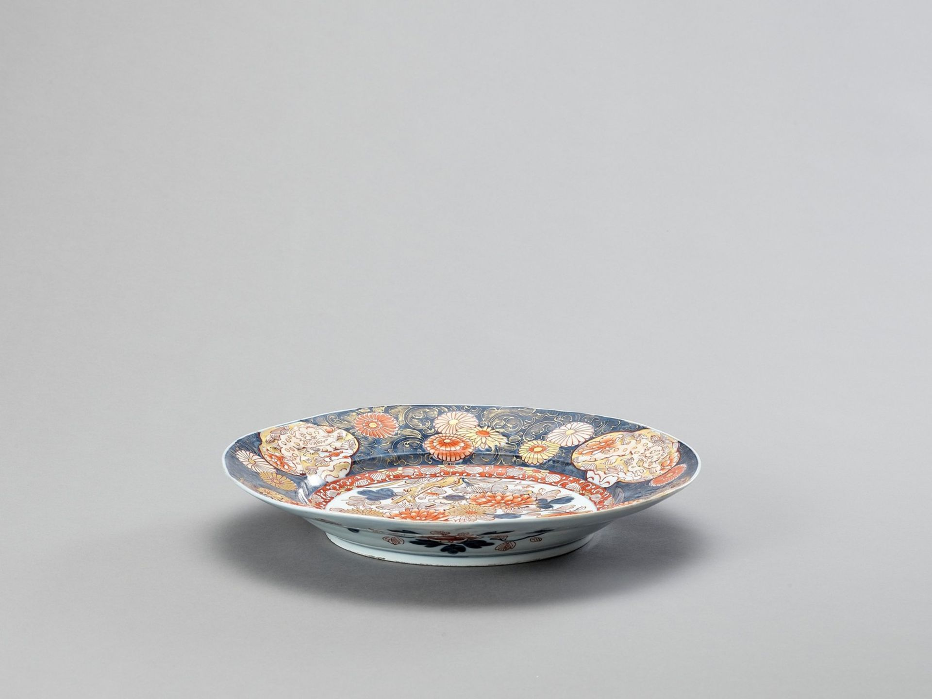A LARGE IMARI PORCELAIN CHARGER - Image 2 of 4