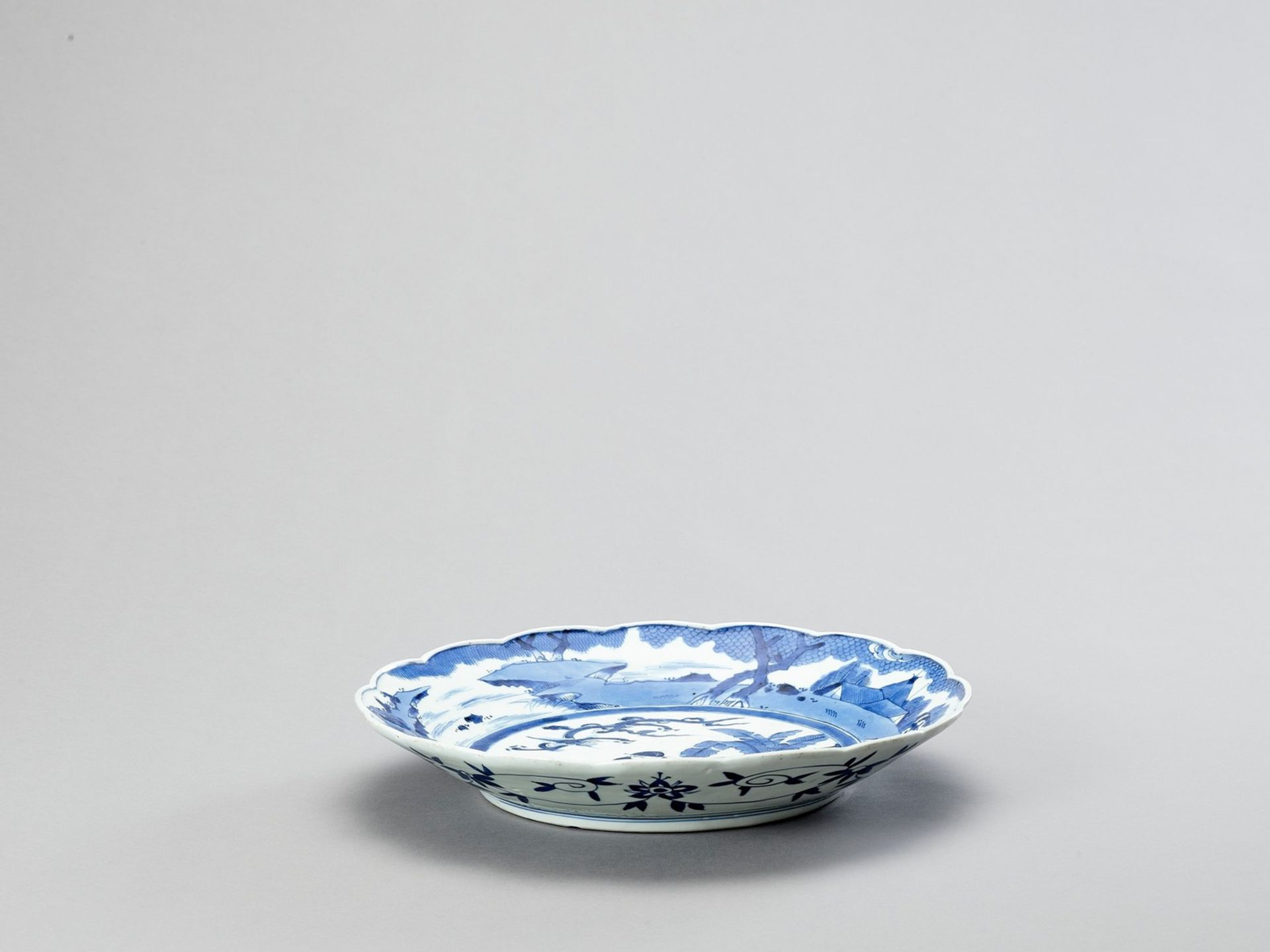 A LOBED ARITA PORCELAIN CHARGER - Image 4 of 4