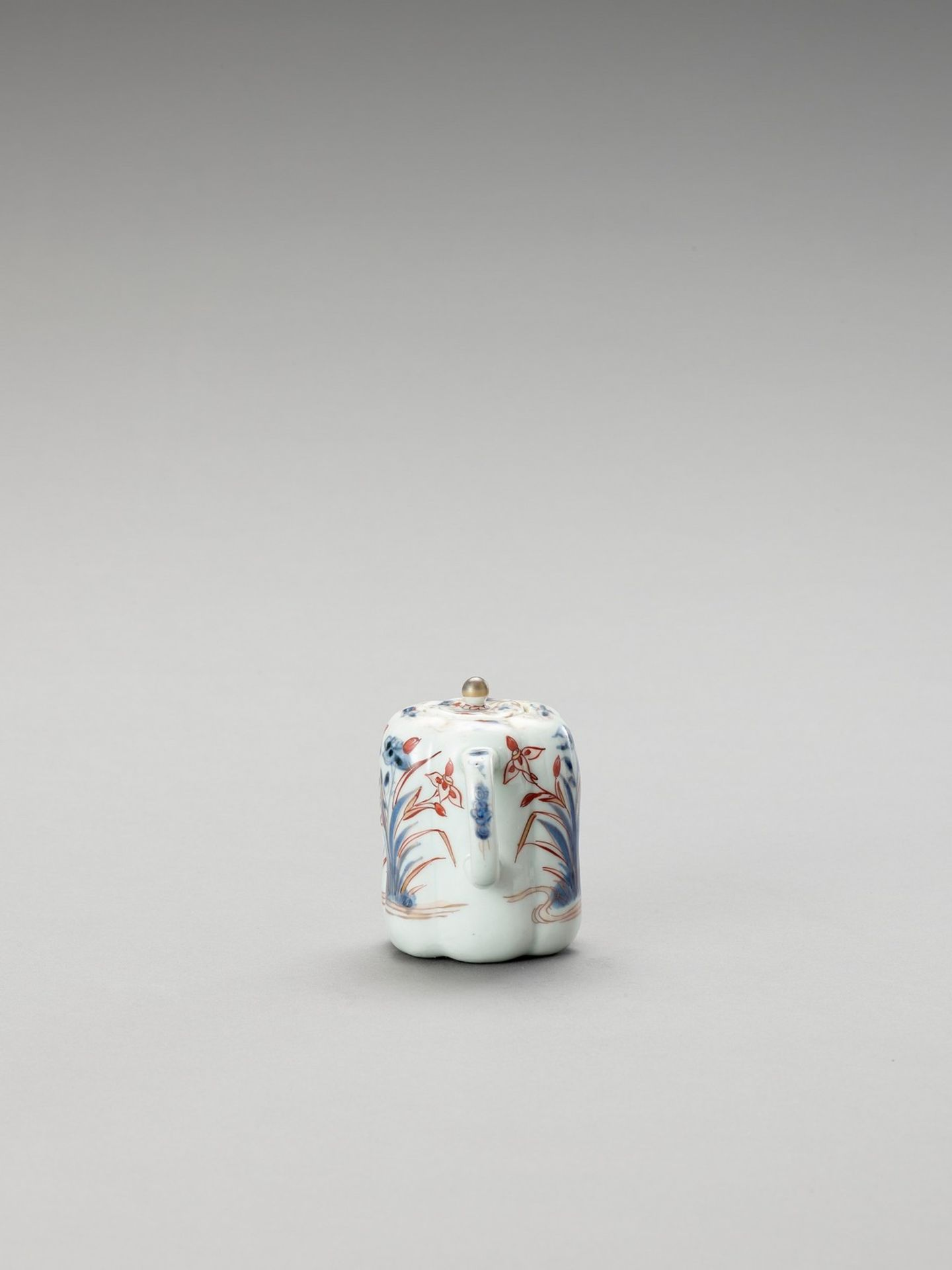AN IMARI PORCELAIN TEAPOT WITH COVER - Image 4 of 6