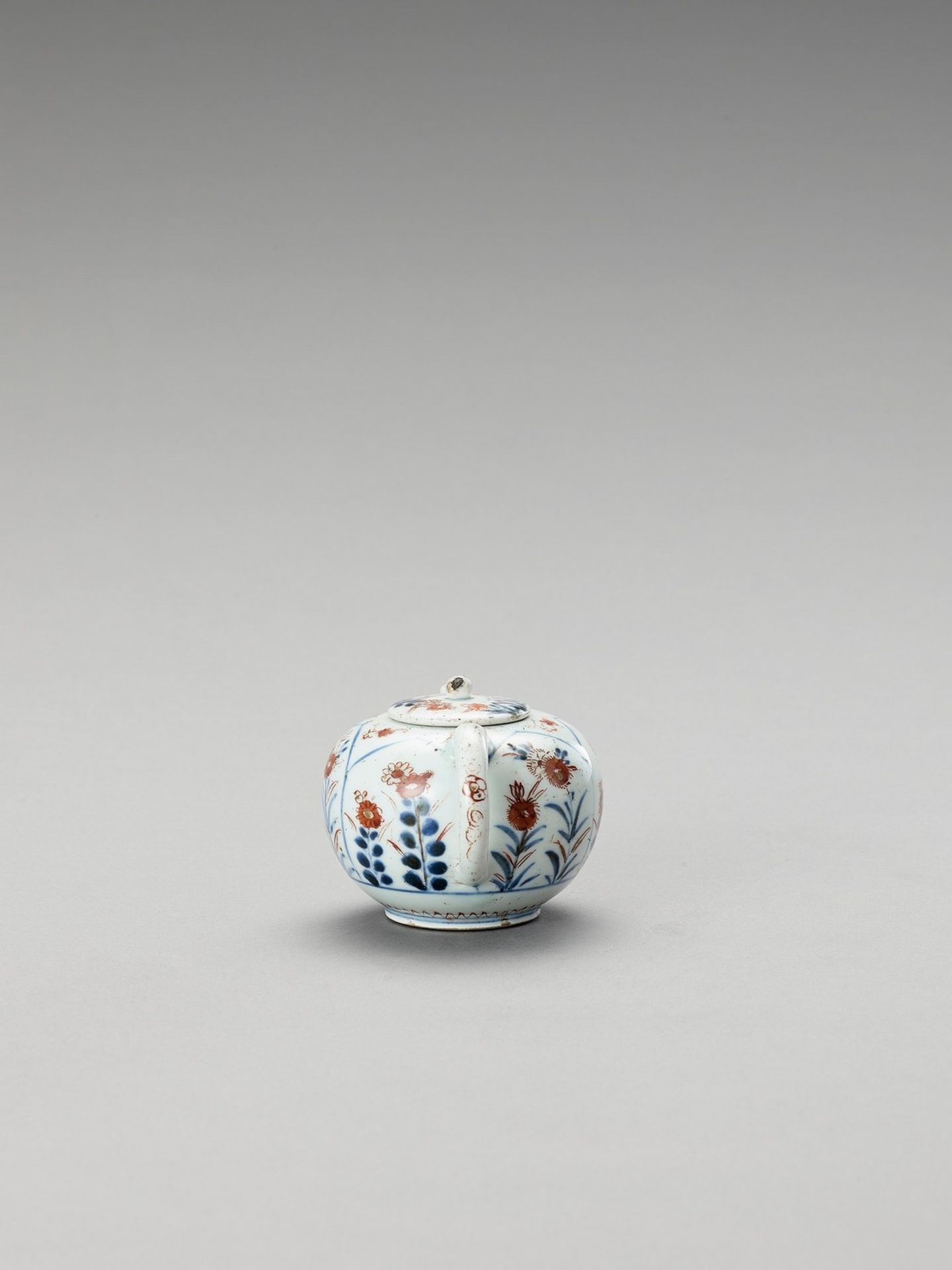 AN IMARI PORCELAIN TEAPOT WITH COVER - Image 2 of 6