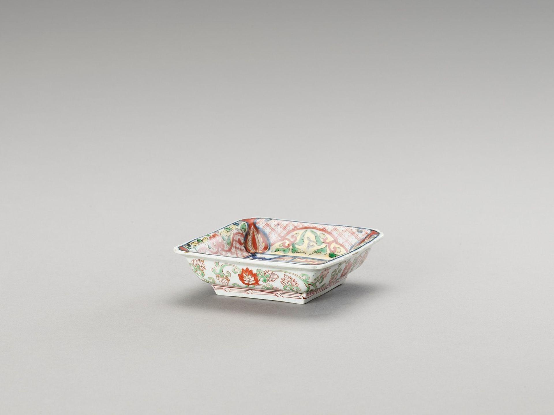 A SMALL SQUARE IMARI PORCELAIN DISH - Image 3 of 4