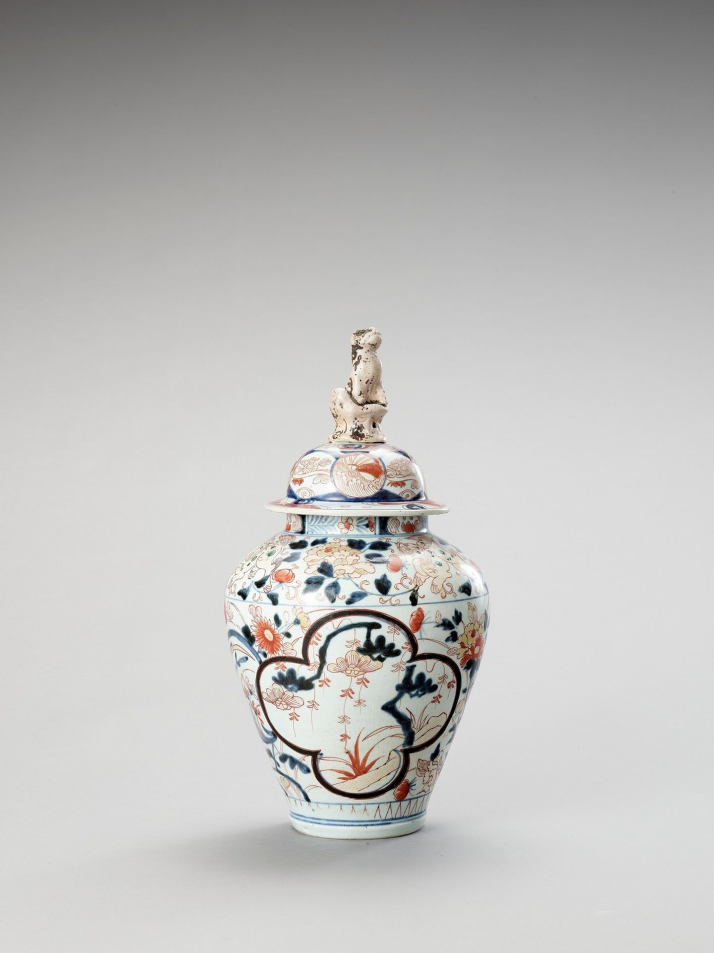 A LARGE IMARI PORCELAIN VASE AND COVER