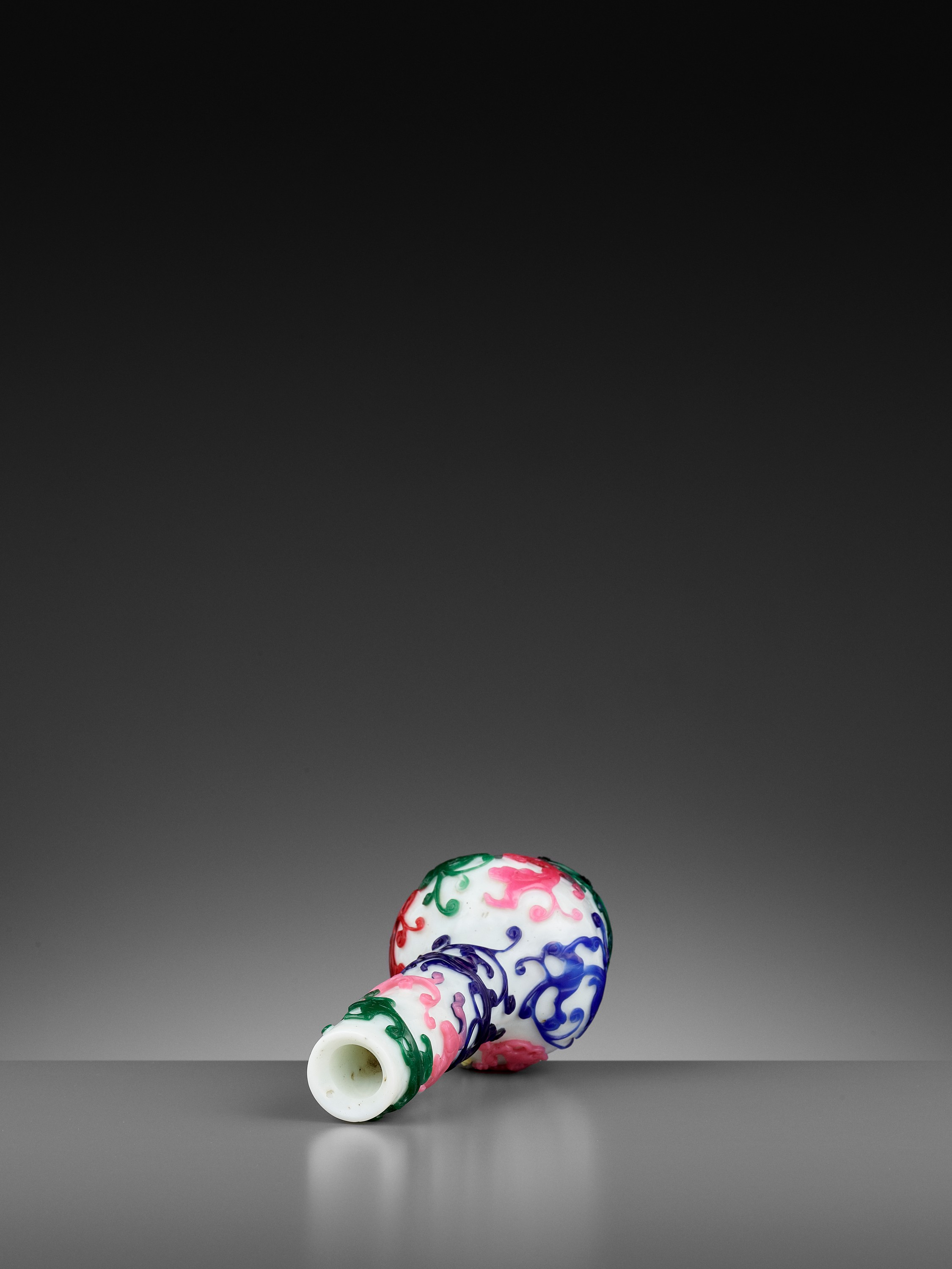 A FIVE-COLOR OVERLAY GLASS 'CHILONG' BOTTLE VASE, QIANLONG MARK AND PERIOD - Image 10 of 10