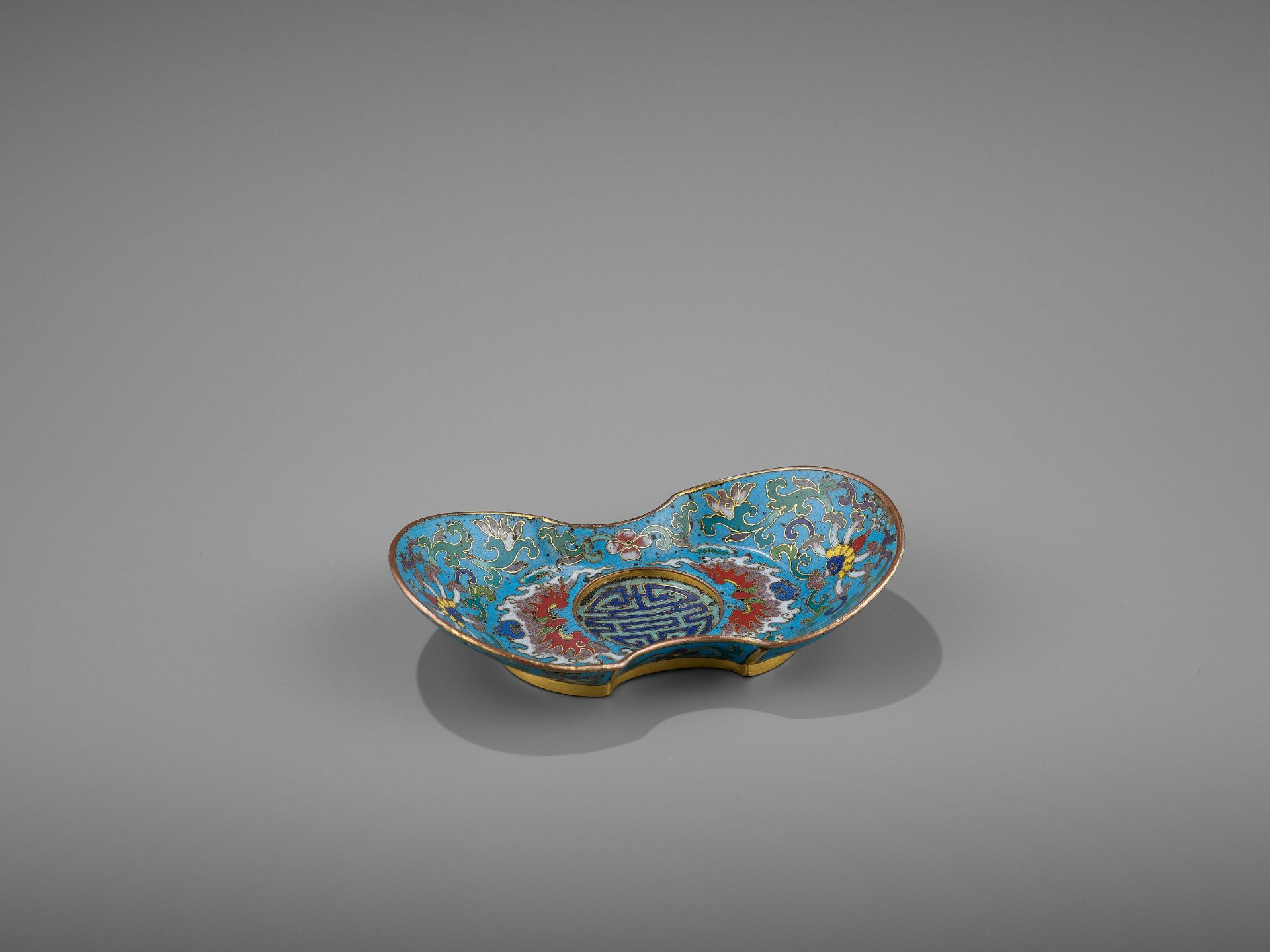 A CLOISONNE AND GILT-BRONZE 'DOUBLE HAPPINESS' CUP STAND, QIANLONG - Bild 9 aus 10