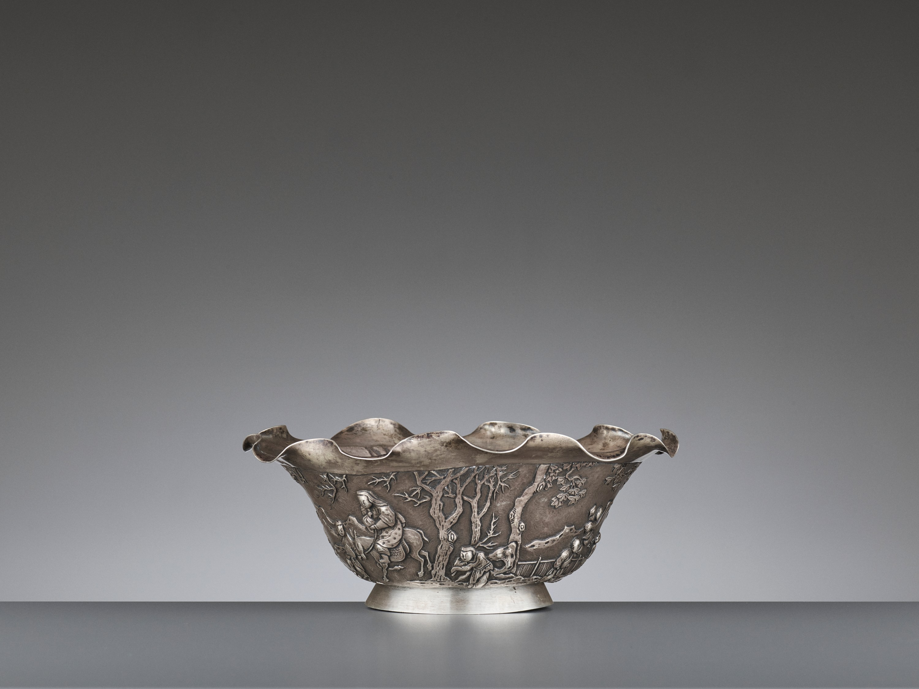 A SILVER REPOUSSE 'WEIQI PLAYERS' BOWL BY KWONG MAN SHING - Image 5 of 9
