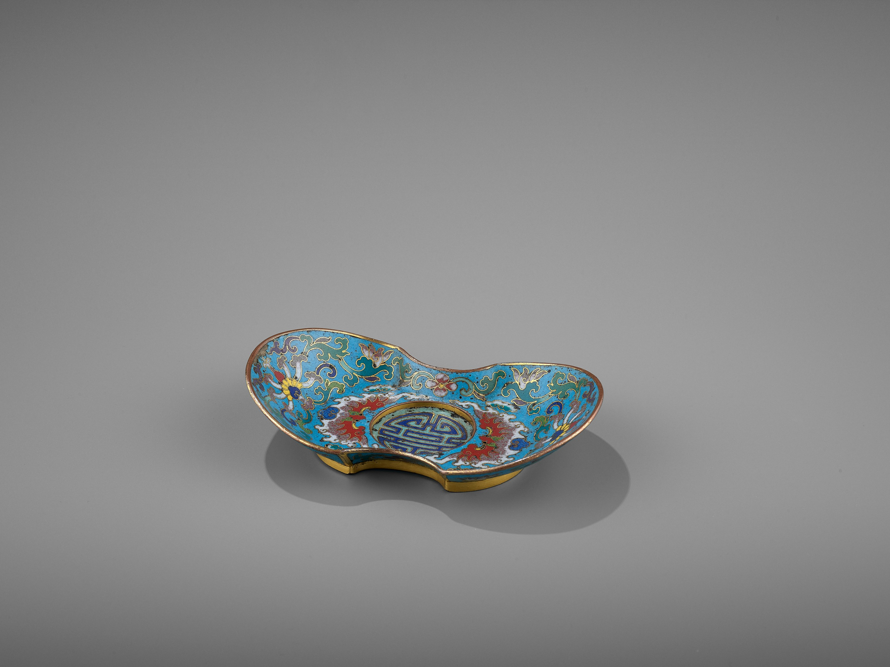 A CLOISONNE AND GILT-BRONZE 'DOUBLE HAPPINESS' CUP STAND, QIANLONG - Image 2 of 10