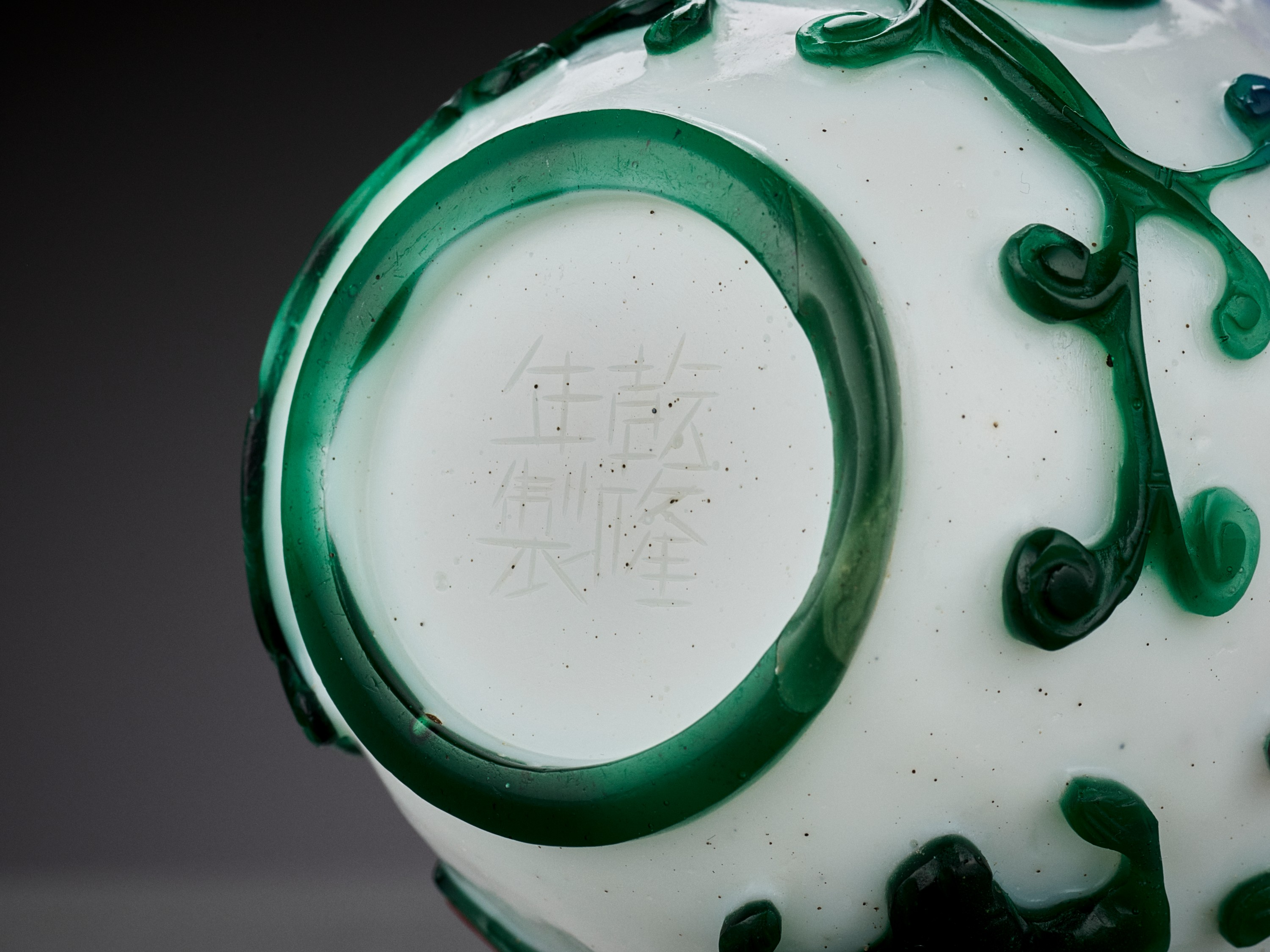 A FIVE-COLOR OVERLAY GLASS 'CHILONG' BOTTLE VASE, QIANLONG MARK AND PERIOD - Image 2 of 10