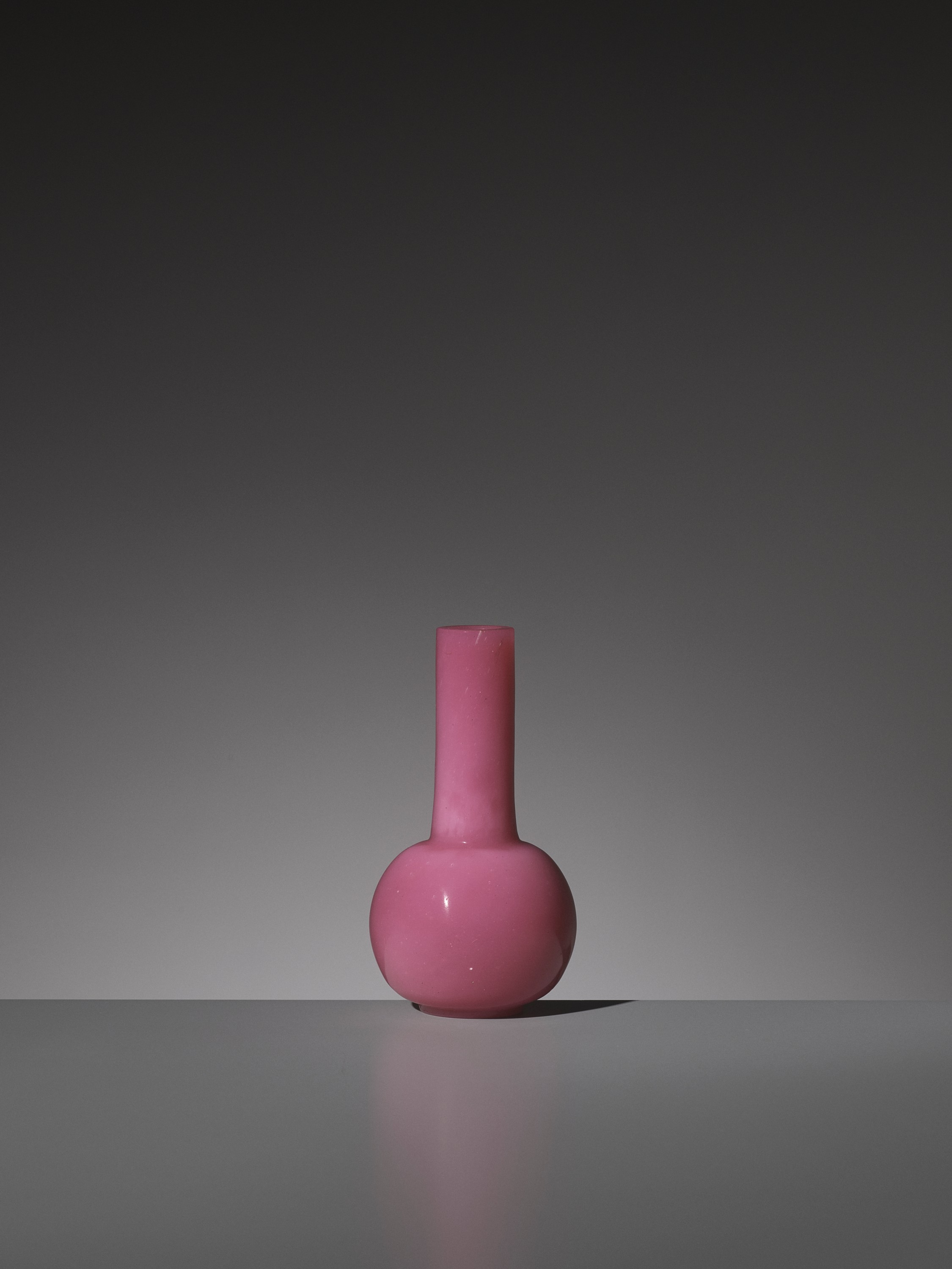 A PINK GLASS BOTTLE VASE, WHEEL-CUT MARK AND PERIOD OF QIANLONG - Image 3 of 9