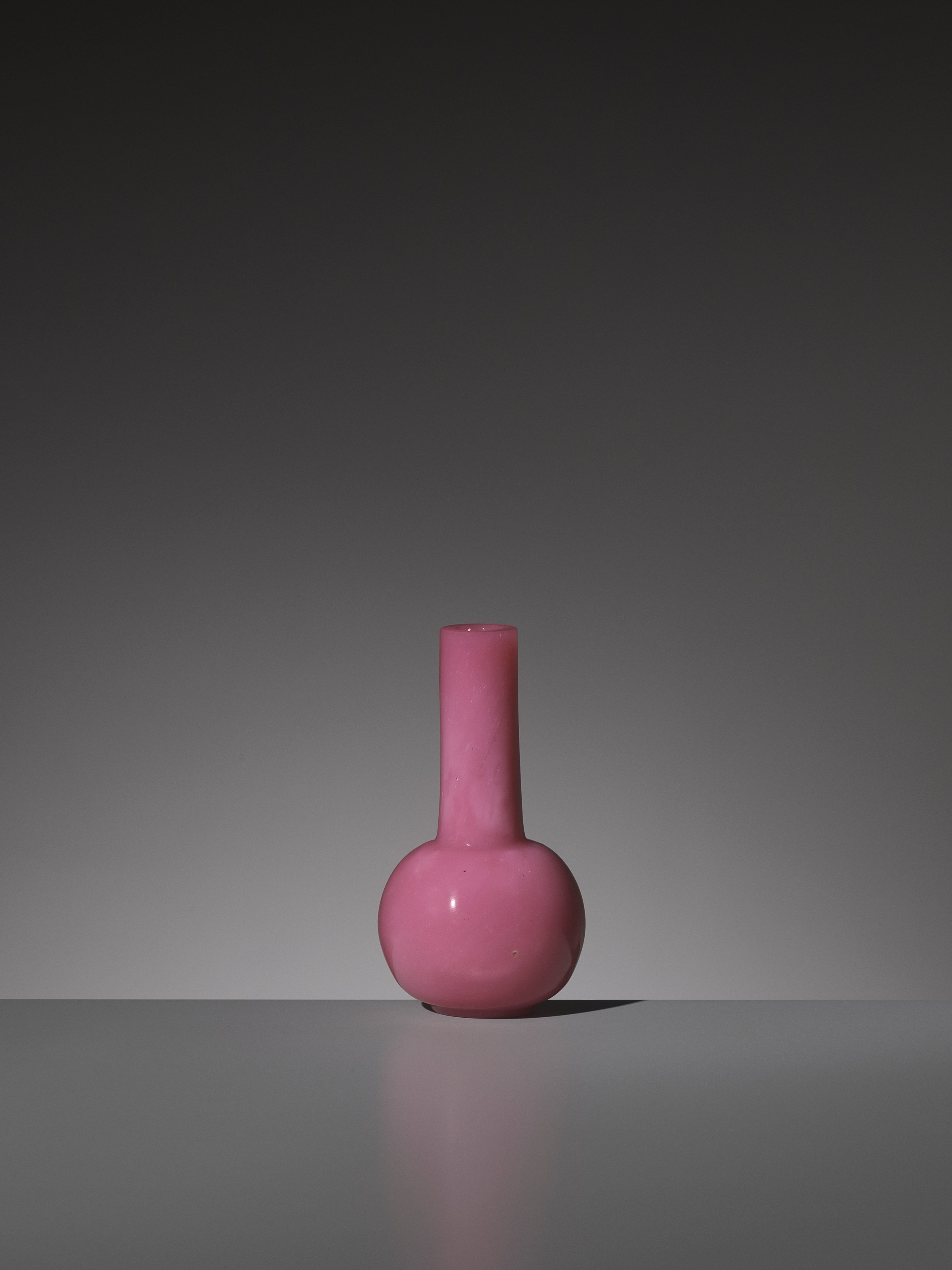 A PINK GLASS BOTTLE VASE, WHEEL-CUT MARK AND PERIOD OF QIANLONG - Image 4 of 9