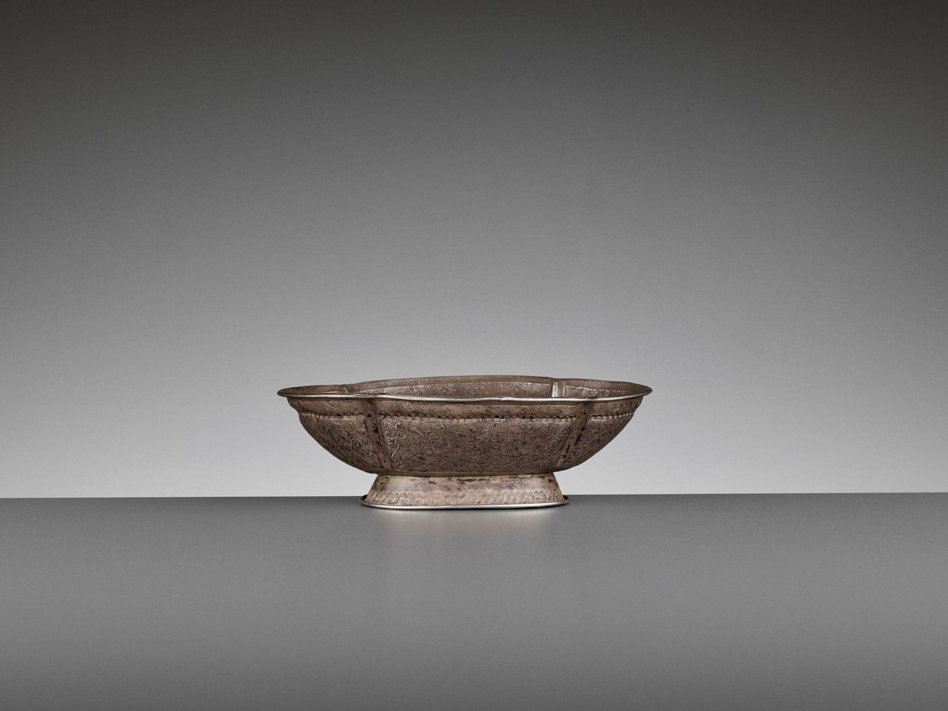 A SILVER REPOUSSE QUATREFOIL BOWL, MING DYNASTY - Bild 6 aus 8