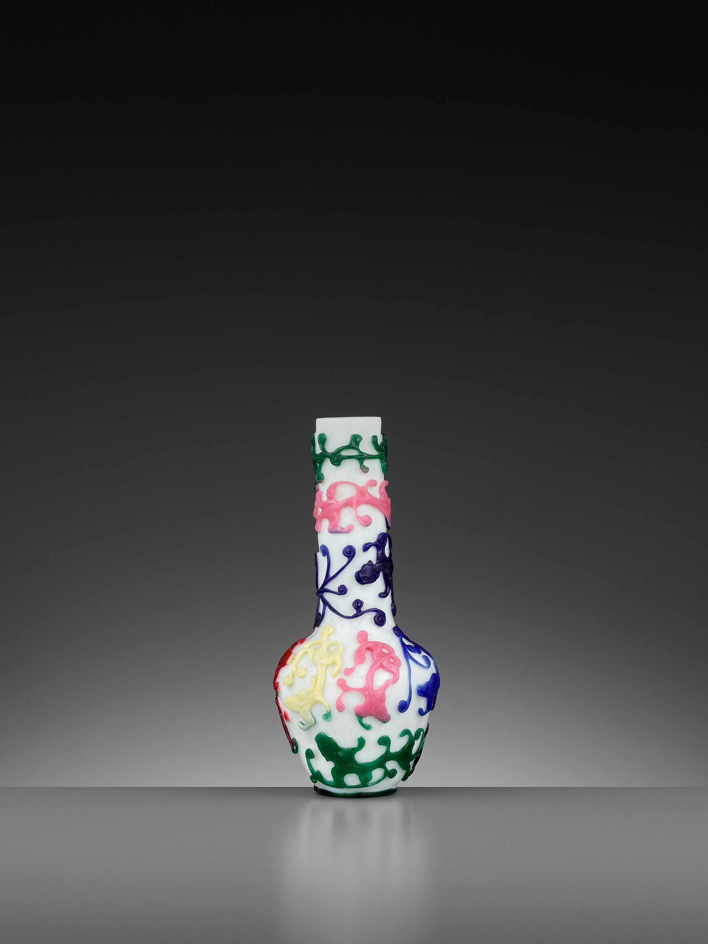 A FIVE-COLOR OVERLAY GLASS 'CHILONG' BOTTLE VASE, QIANLONG MARK AND PERIOD - Image 8 of 10