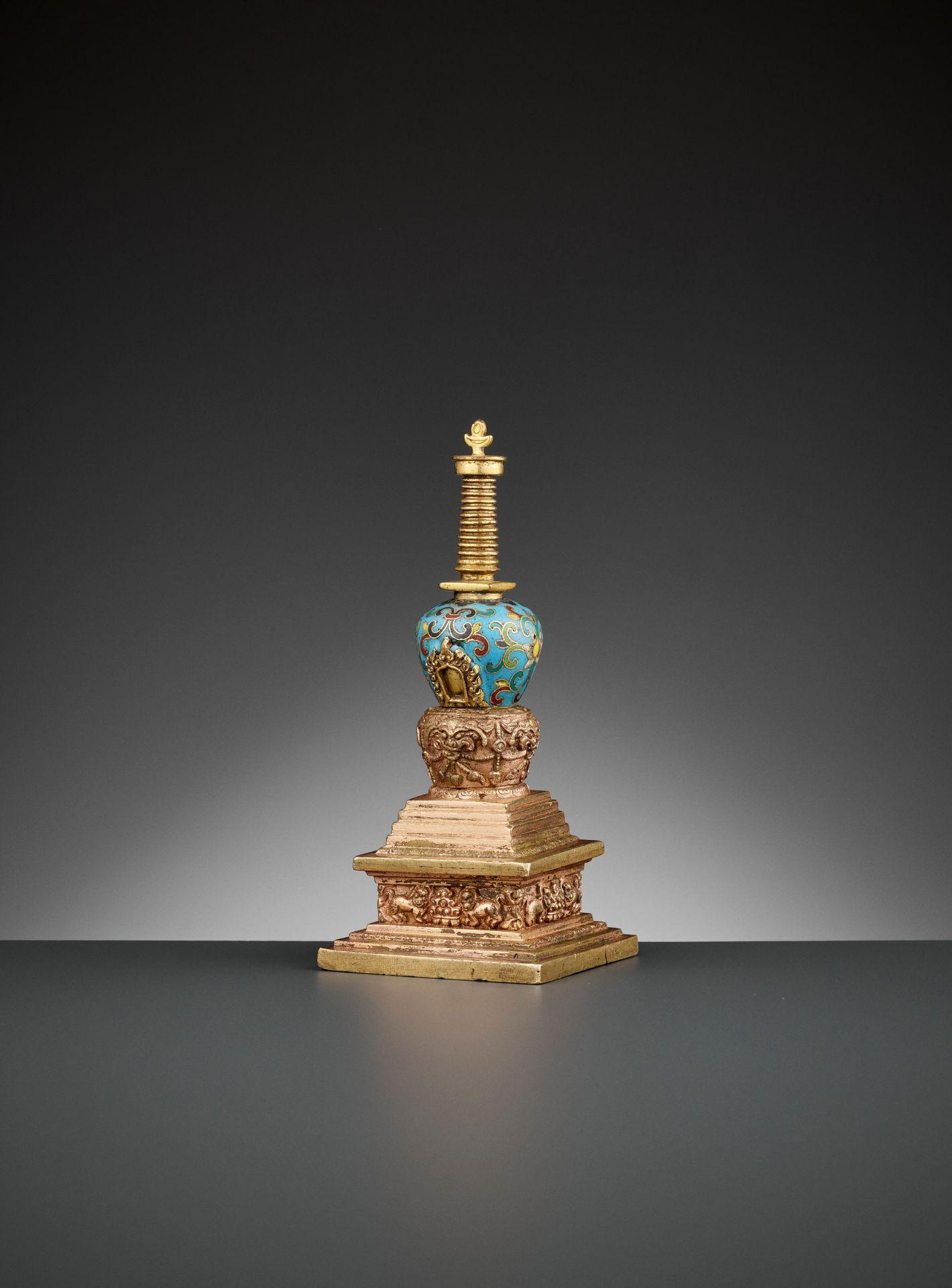 A GILT-BRONZE AND CLOISONNE ENAMEL STUPA, QIANLONG - Bild 4 aus 11