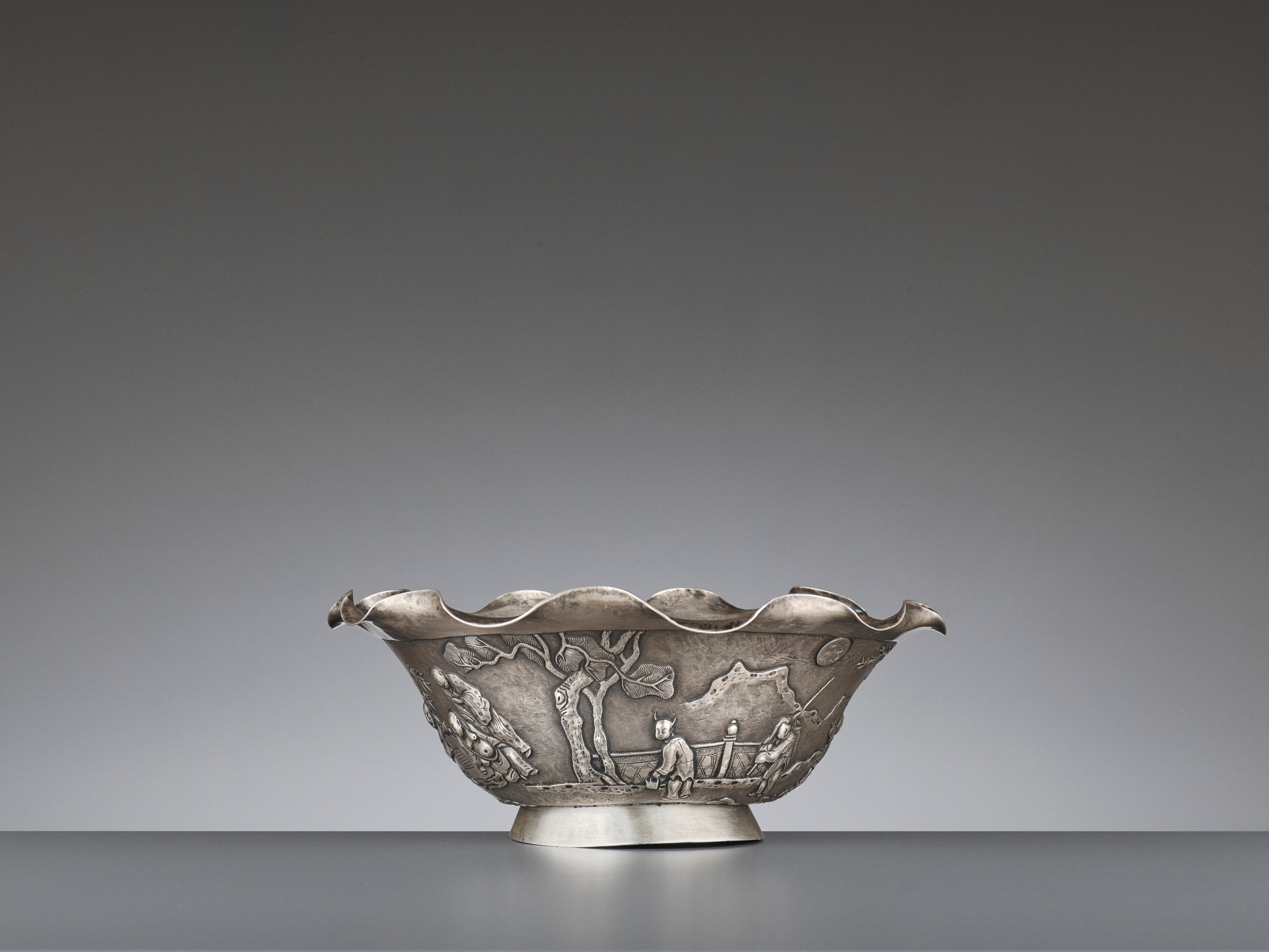 A SILVER REPOUSSE 'WEIQI PLAYERS' BOWL BY KWONG MAN SHING - Image 2 of 9