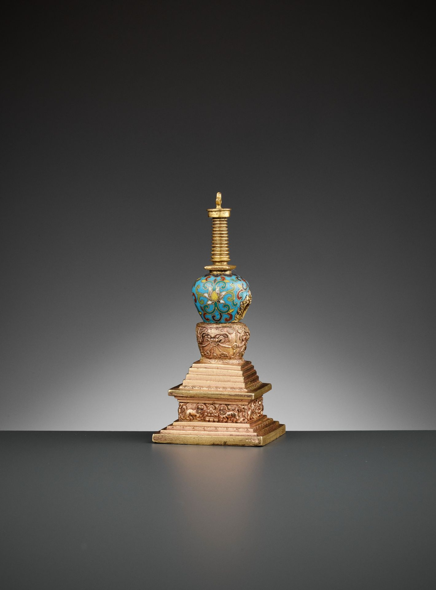 A GILT-BRONZE AND CLOISONNE ENAMEL STUPA, QIANLONG - Bild 9 aus 11