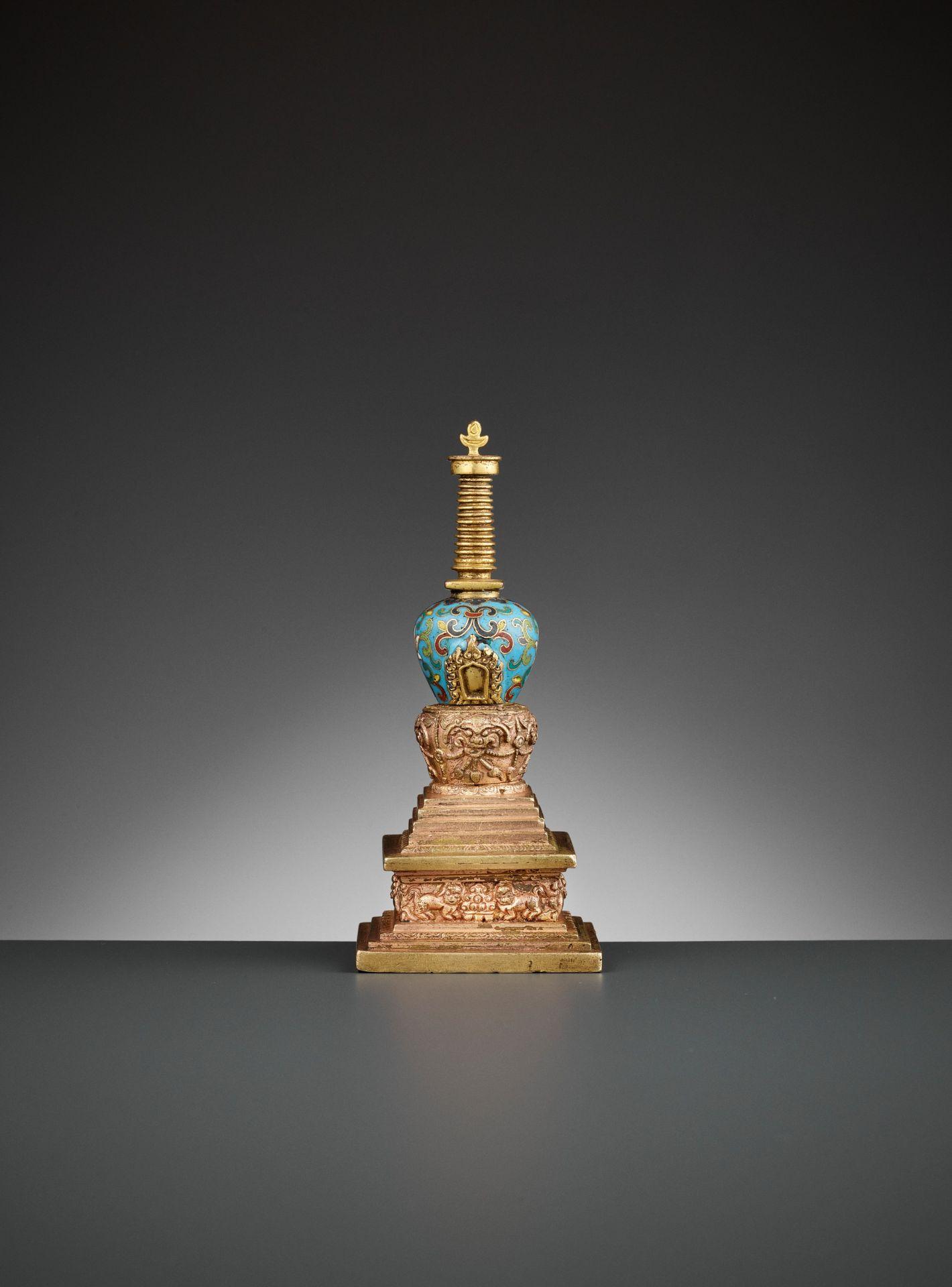 A GILT-BRONZE AND CLOISONNE ENAMEL STUPA, QIANLONG - Bild 6 aus 11