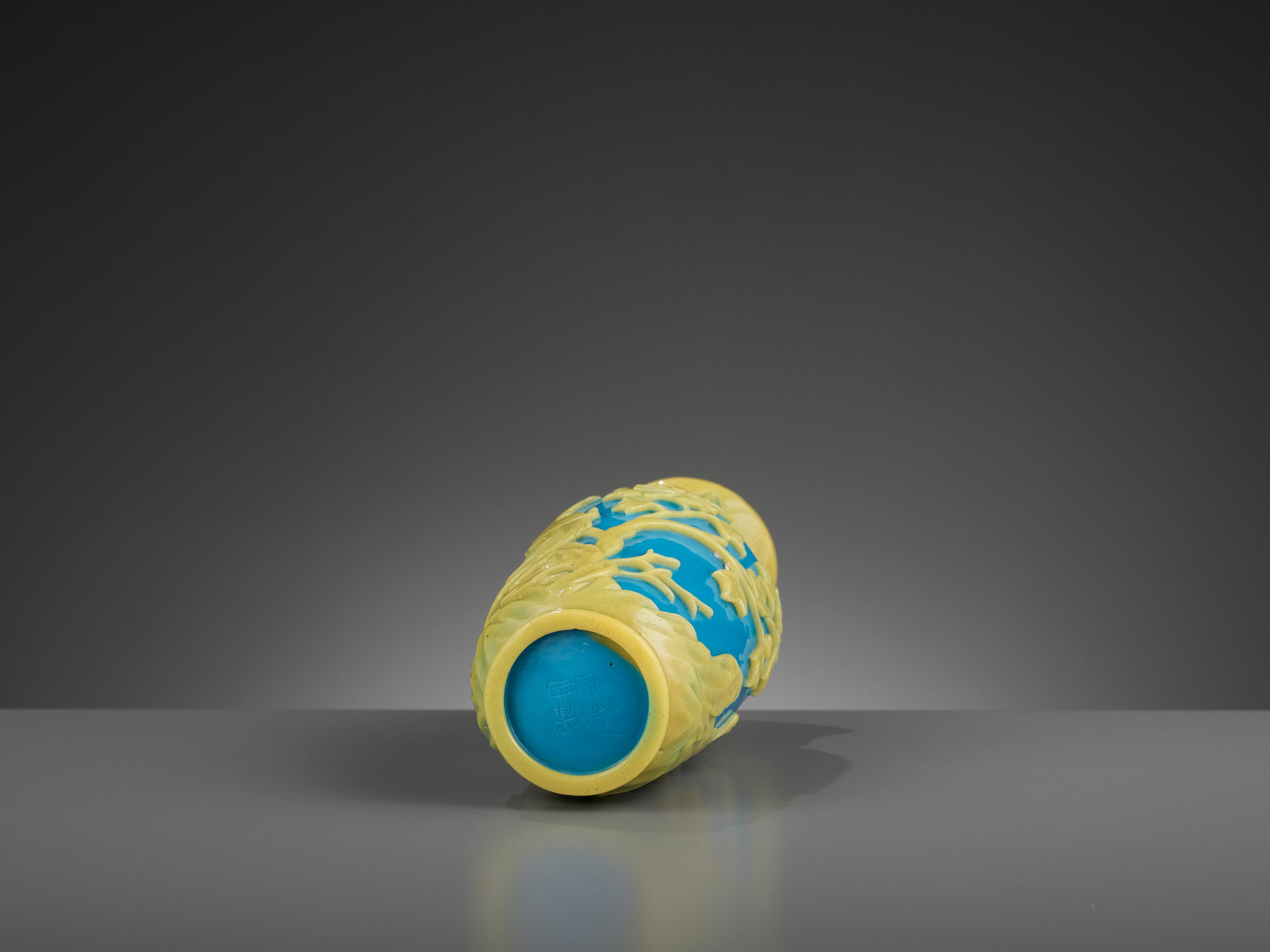 A YELLOW OVERLAY TURQUOISE GLASS VASE, TONGZHI MARK AND PERIOD - Image 8 of 9
