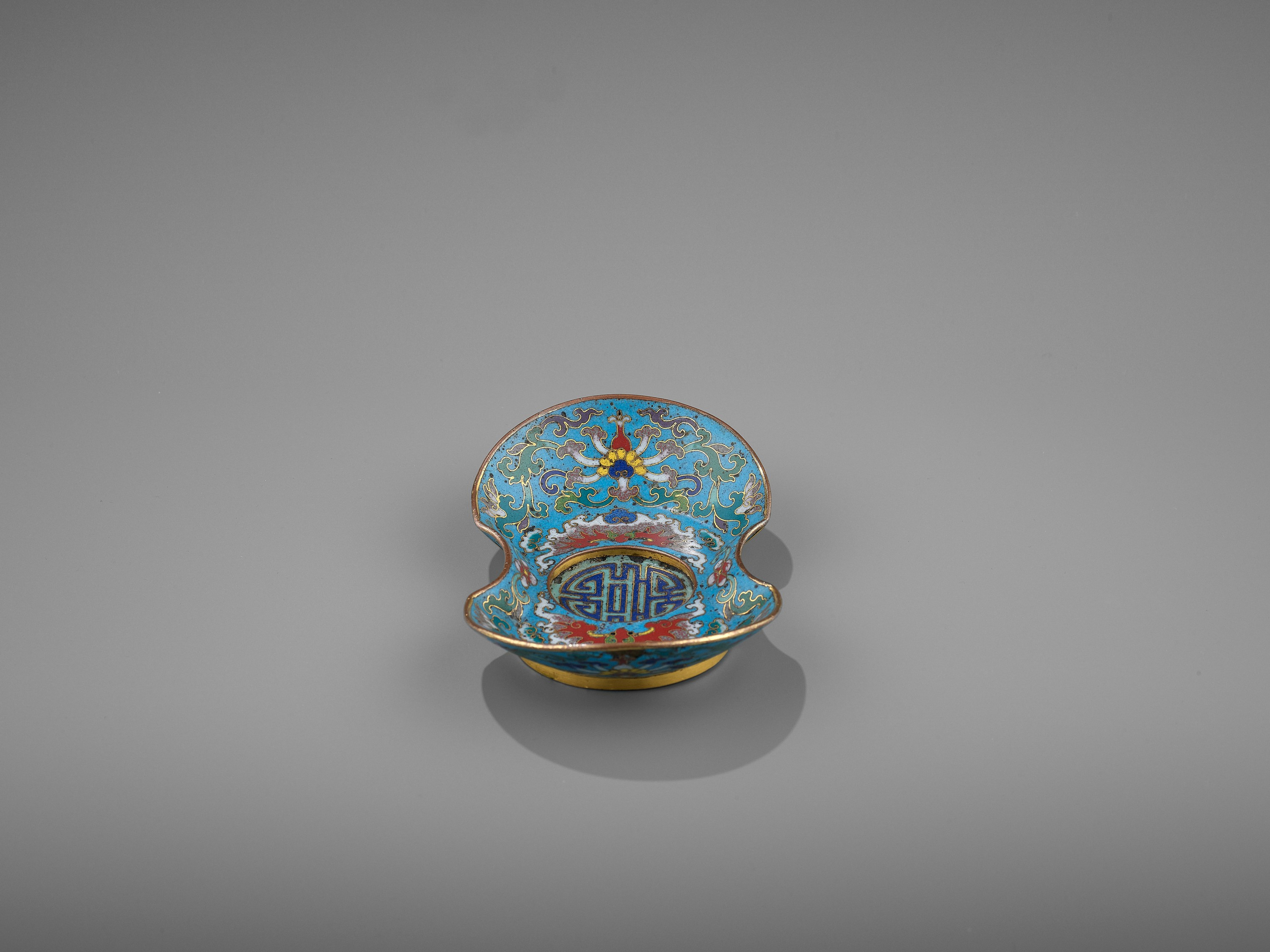 A CLOISONNE AND GILT-BRONZE 'DOUBLE HAPPINESS' CUP STAND, QIANLONG - Image 6 of 10