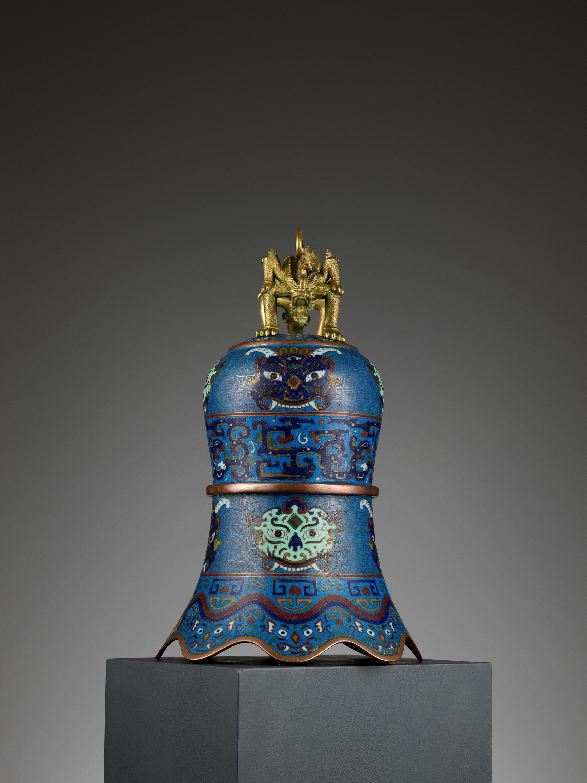 A MASSIVE CLOISONNE ENAMEL BELL, QING DYNASTY - Image 7 of 11