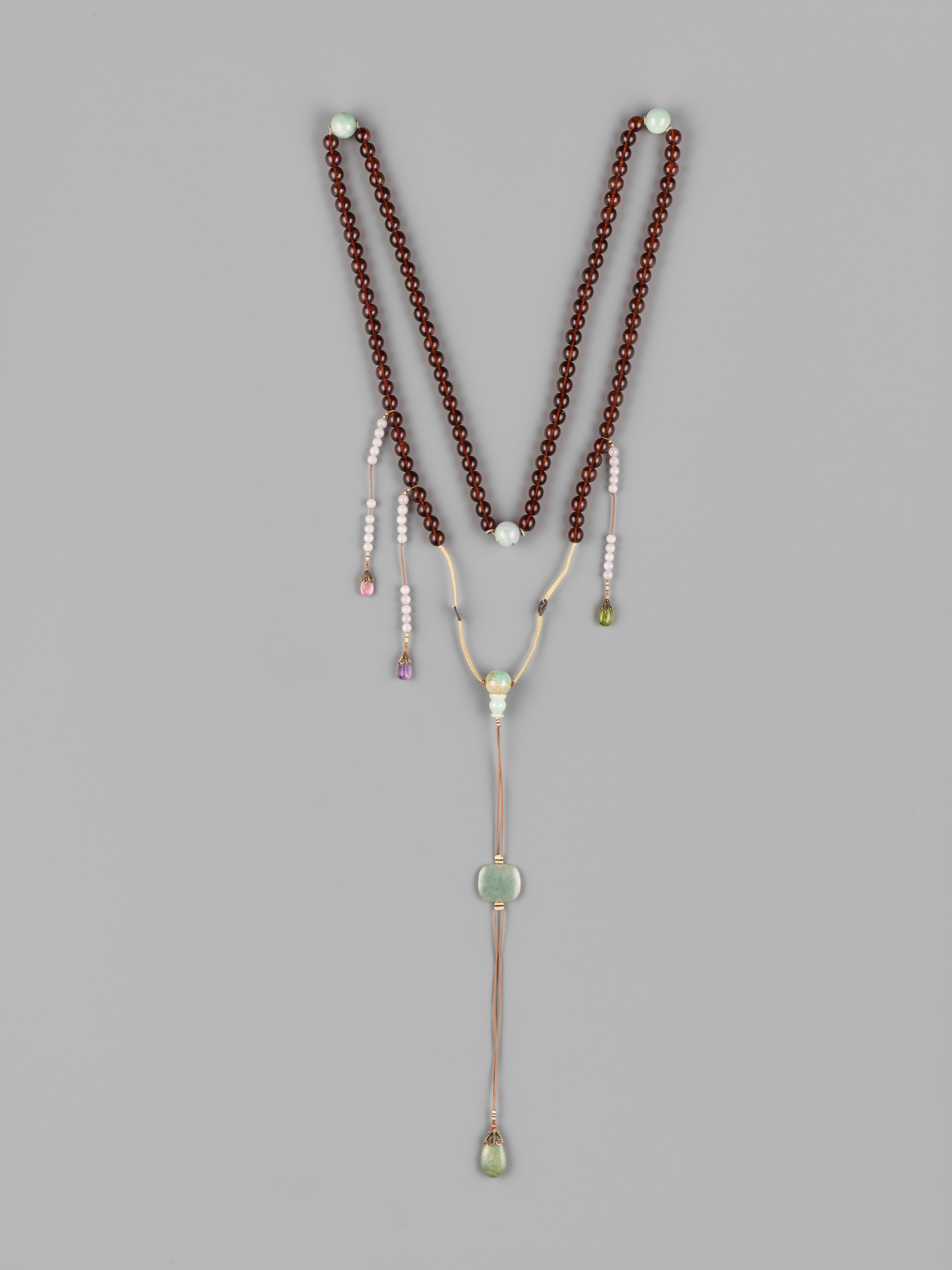 AN AMBER AND JADEITE COURT NECKLACE (CHAO ZHU), QING DYNASTY - Image 5 of 7