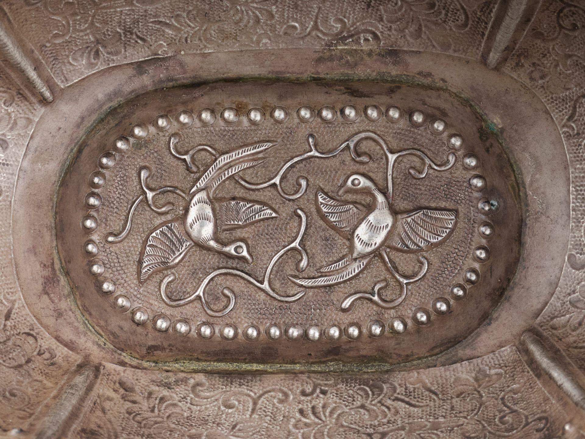 A SILVER REPOUSSE QUATREFOIL BOWL, MING DYNASTY - Bild 4 aus 8