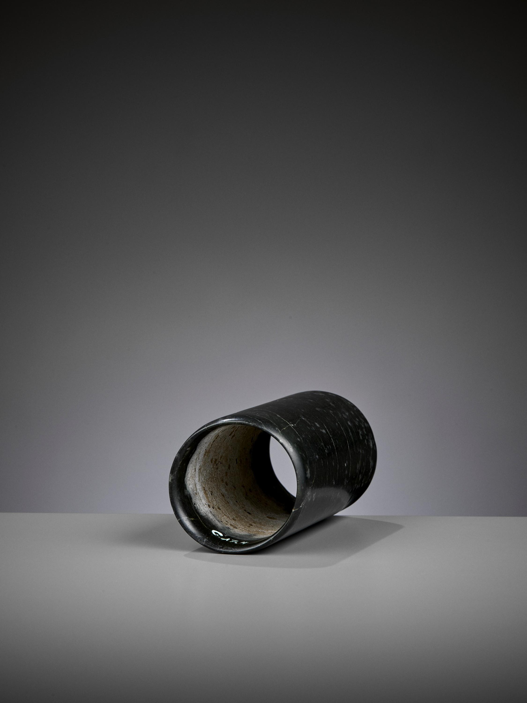 A DARK GREEN JADE HOOF-SHAPED ORNAMENT, HONGSHAN CULTURE - Image 3 of 10