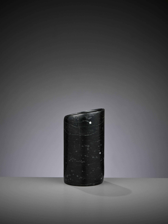 A DARK GREEN JADE HOOF-SHAPED ORNAMENT, HONGSHAN CULTURE - Image 4 of 10