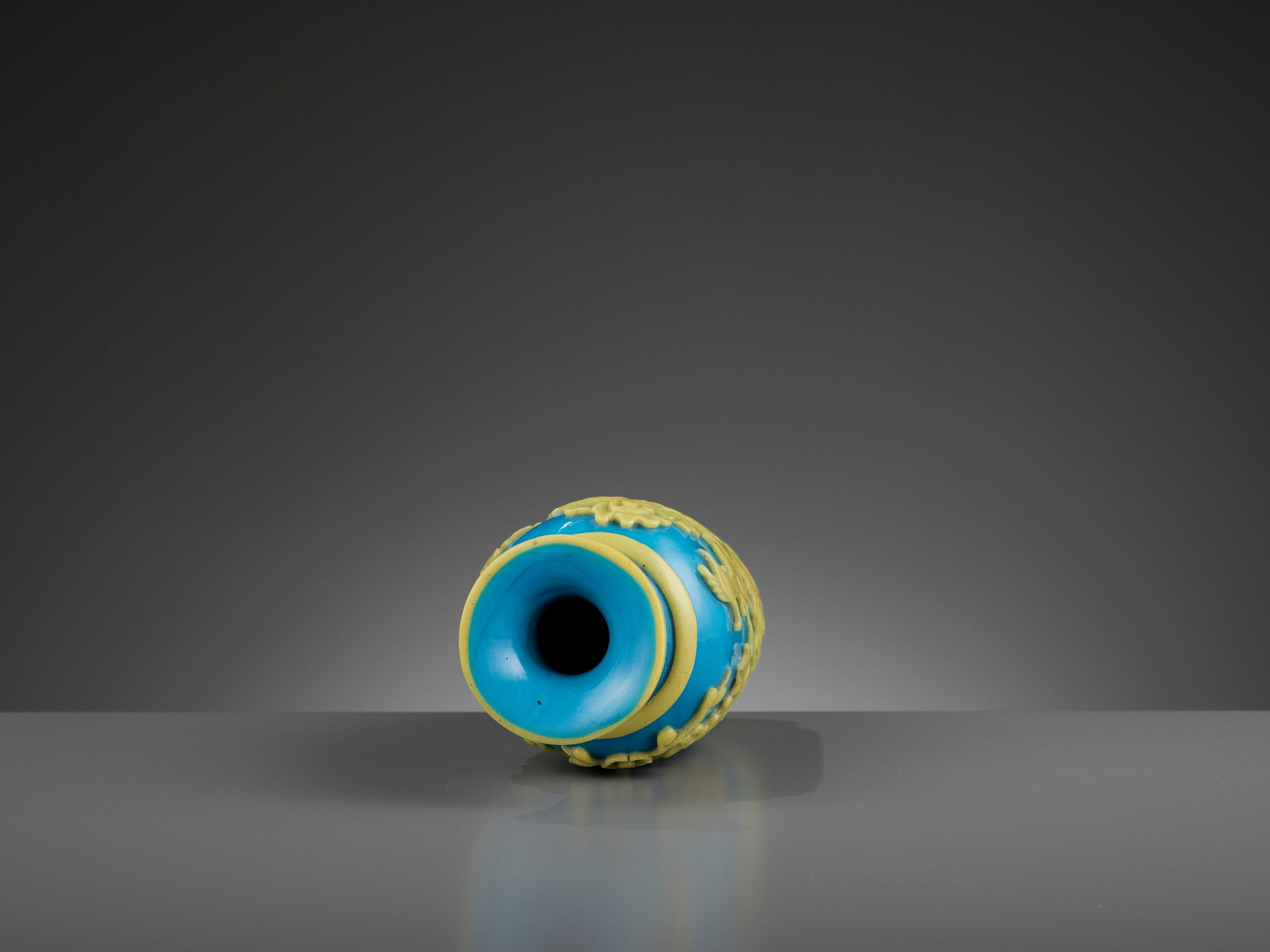 A YELLOW OVERLAY TURQUOISE GLASS VASE, TONGZHI MARK AND PERIOD - Image 9 of 9