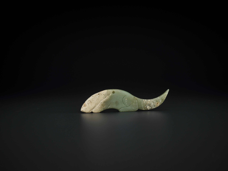A CELADON JADE 'CROUCHING TIGER' PENDANT, WESTERN ZHOU DYNASTY - Image 2 of 6