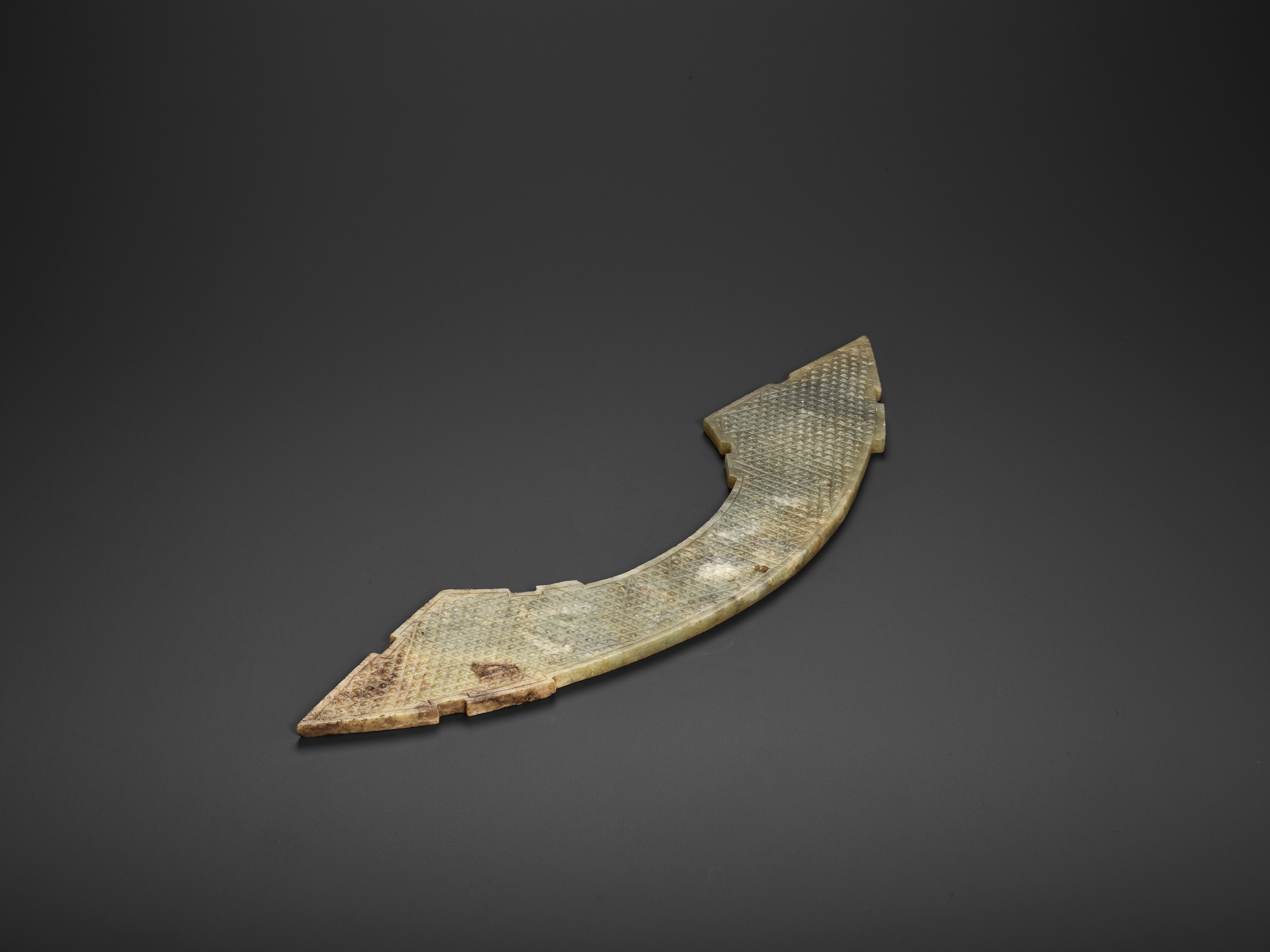 A LARGE PALE GREEN AND RUSSET JADE 'DOUBLE DRAGON' PENDANT, HUANG, EARLY WESTERN HAN - Image 6 of 8