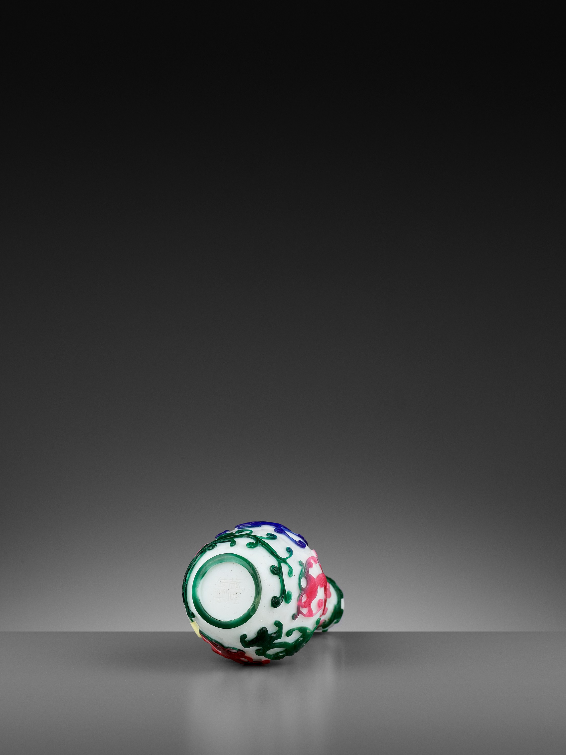 A FIVE-COLOR OVERLAY GLASS 'CHILONG' BOTTLE VASE, QIANLONG MARK AND PERIOD - Image 9 of 10