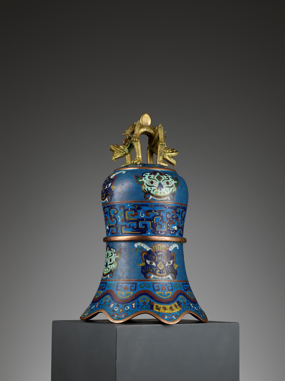 A MASSIVE CLOISONNE ENAMEL BELL, QING DYNASTY - Image 10 of 11