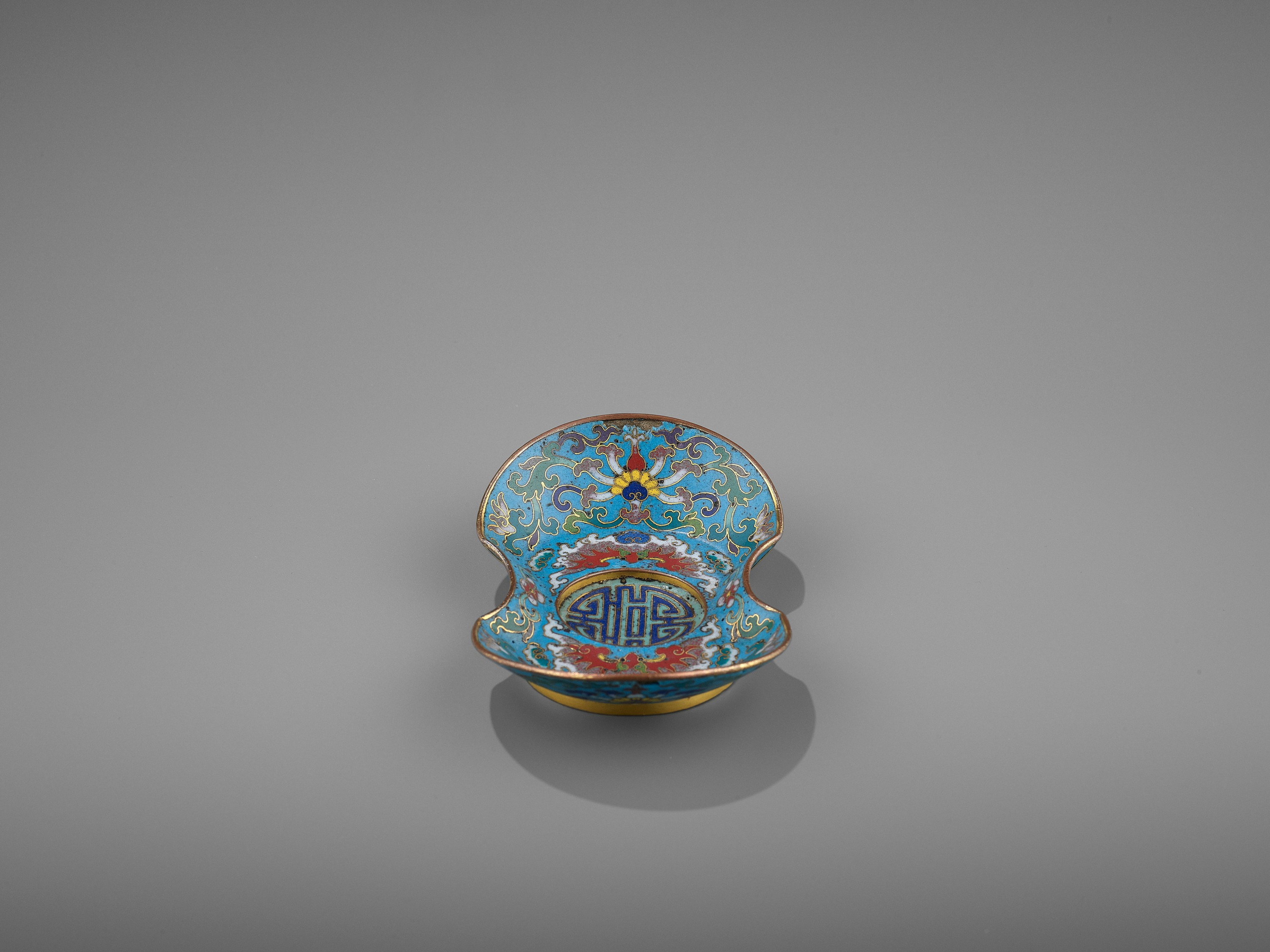 A CLOISONNE AND GILT-BRONZE 'DOUBLE HAPPINESS' CUP STAND, QIANLONG - Image 3 of 10