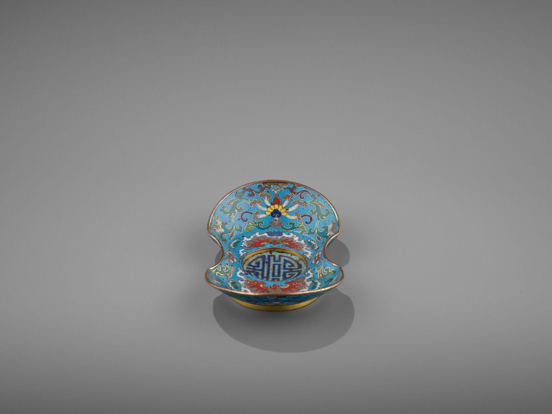A CLOISONNE AND GILT-BRONZE 'DOUBLE HAPPINESS' CUP STAND, QIANLONG - Bild 3 aus 10