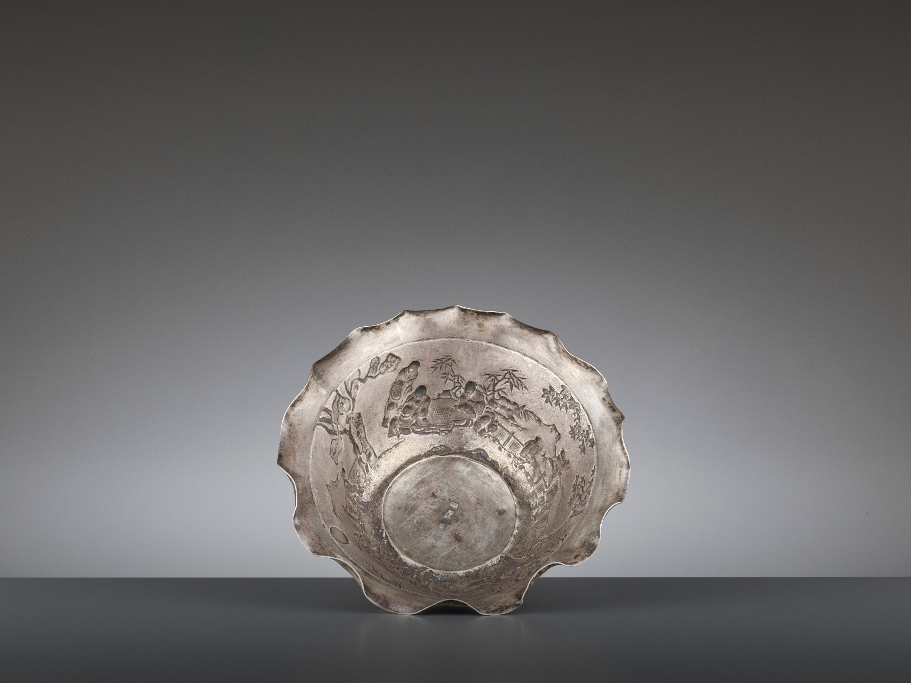 A SILVER REPOUSSE 'WEIQI PLAYERS' BOWL BY KWONG MAN SHING - Image 9 of 9