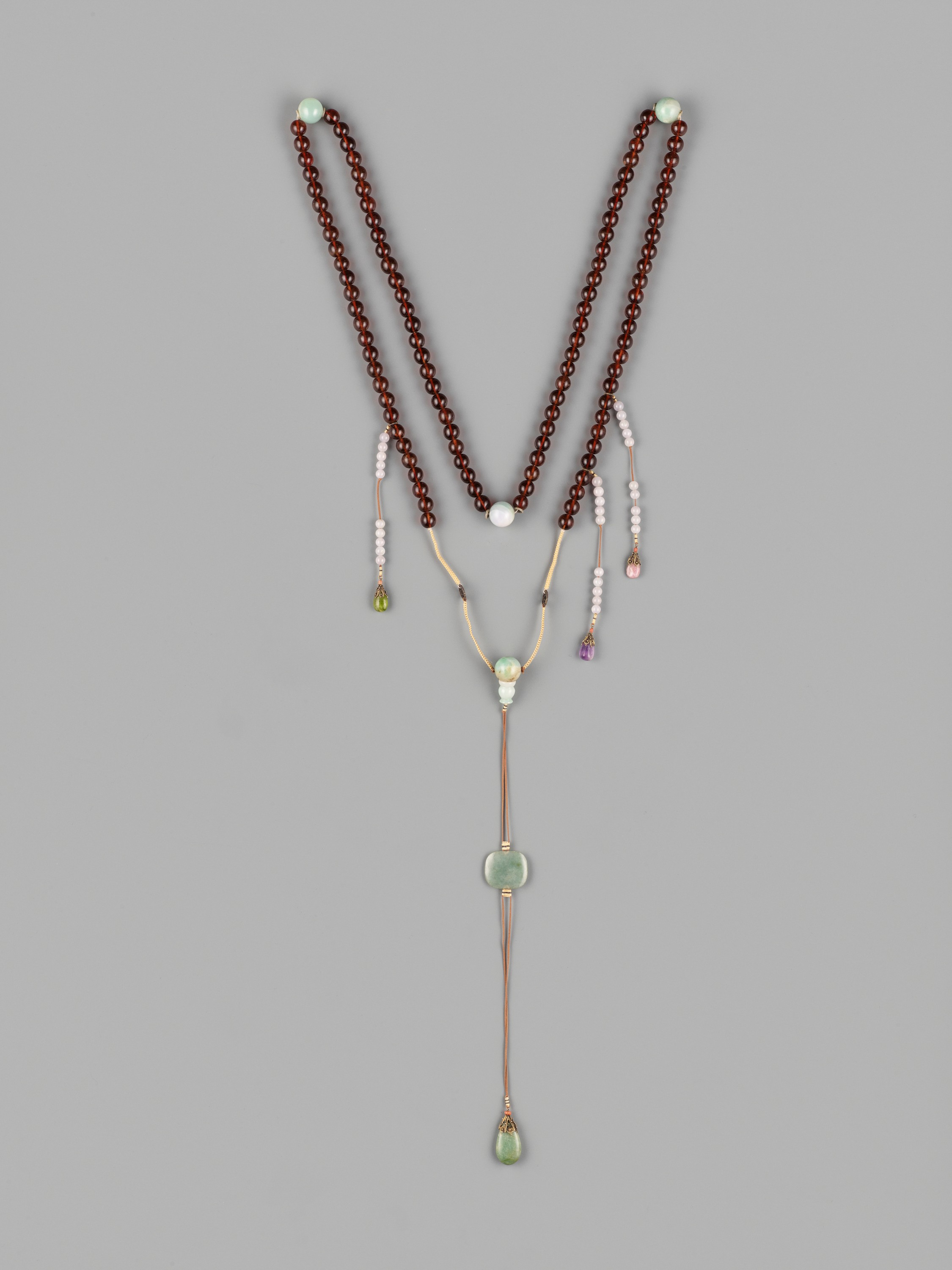 AN AMBER AND JADEITE COURT NECKLACE (CHAO ZHU), QING DYNASTY