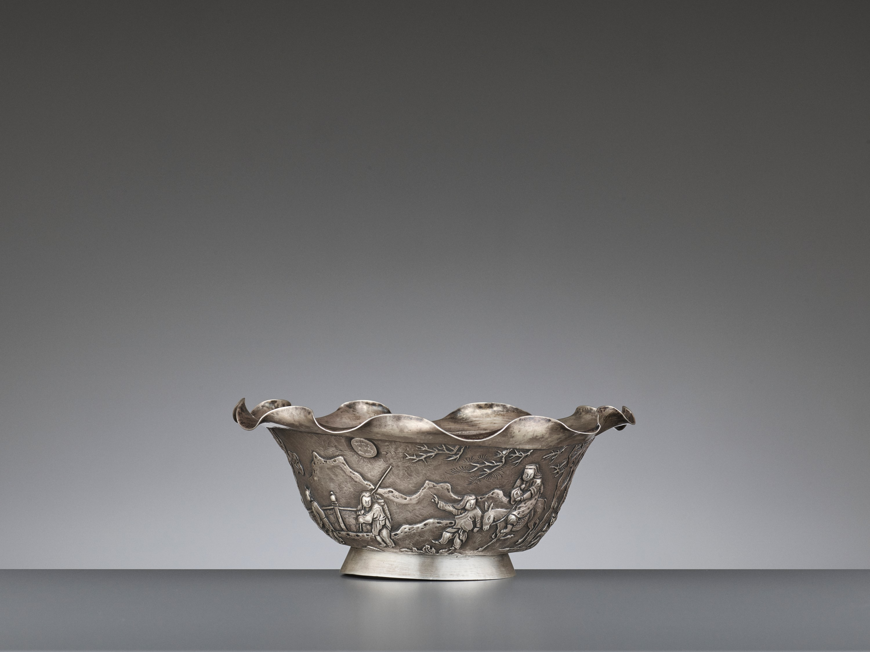 A SILVER REPOUSSE 'WEIQI PLAYERS' BOWL BY KWONG MAN SHING - Image 3 of 9