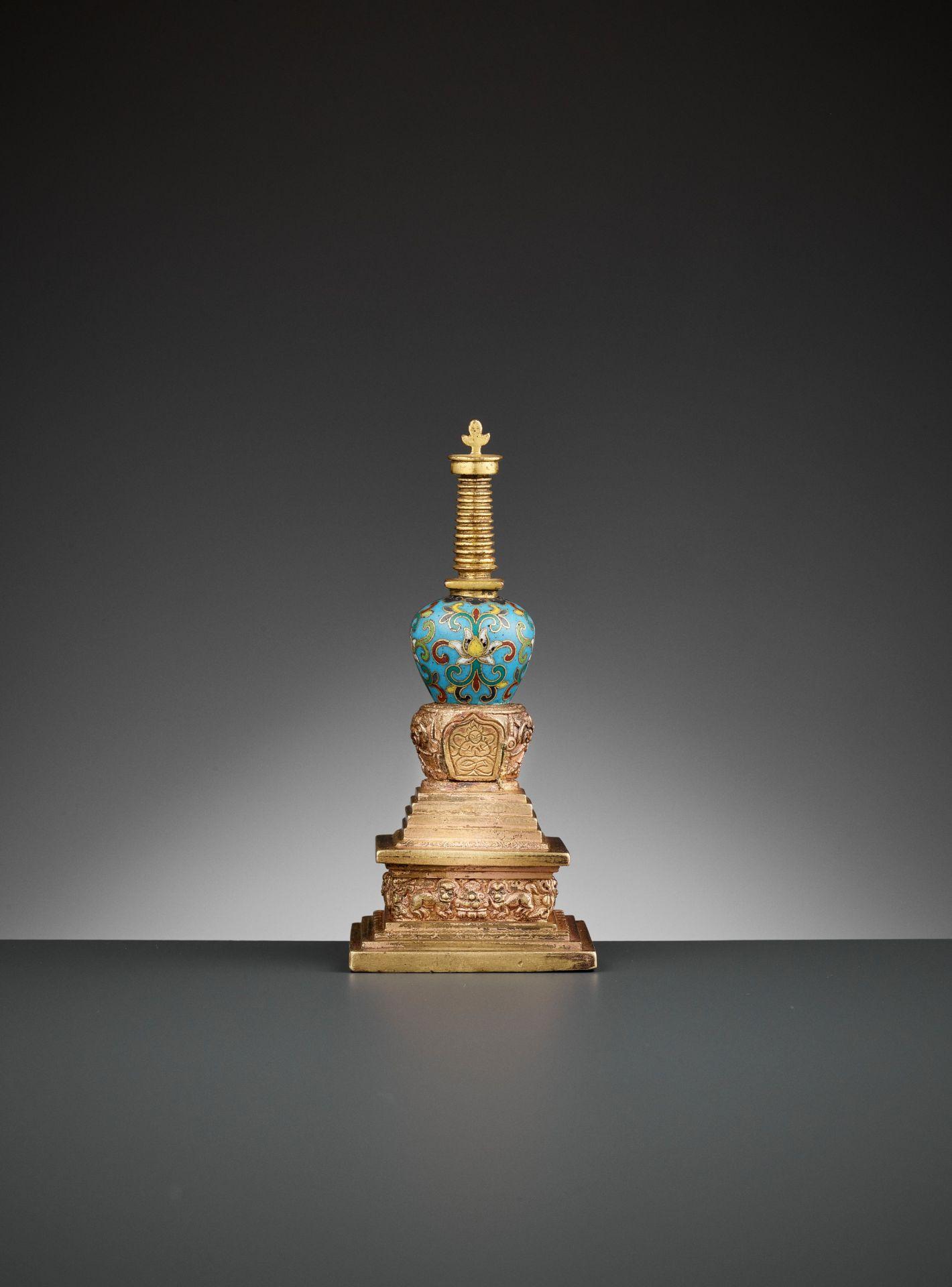 A GILT-BRONZE AND CLOISONNE ENAMEL STUPA, QIANLONG - Bild 7 aus 11