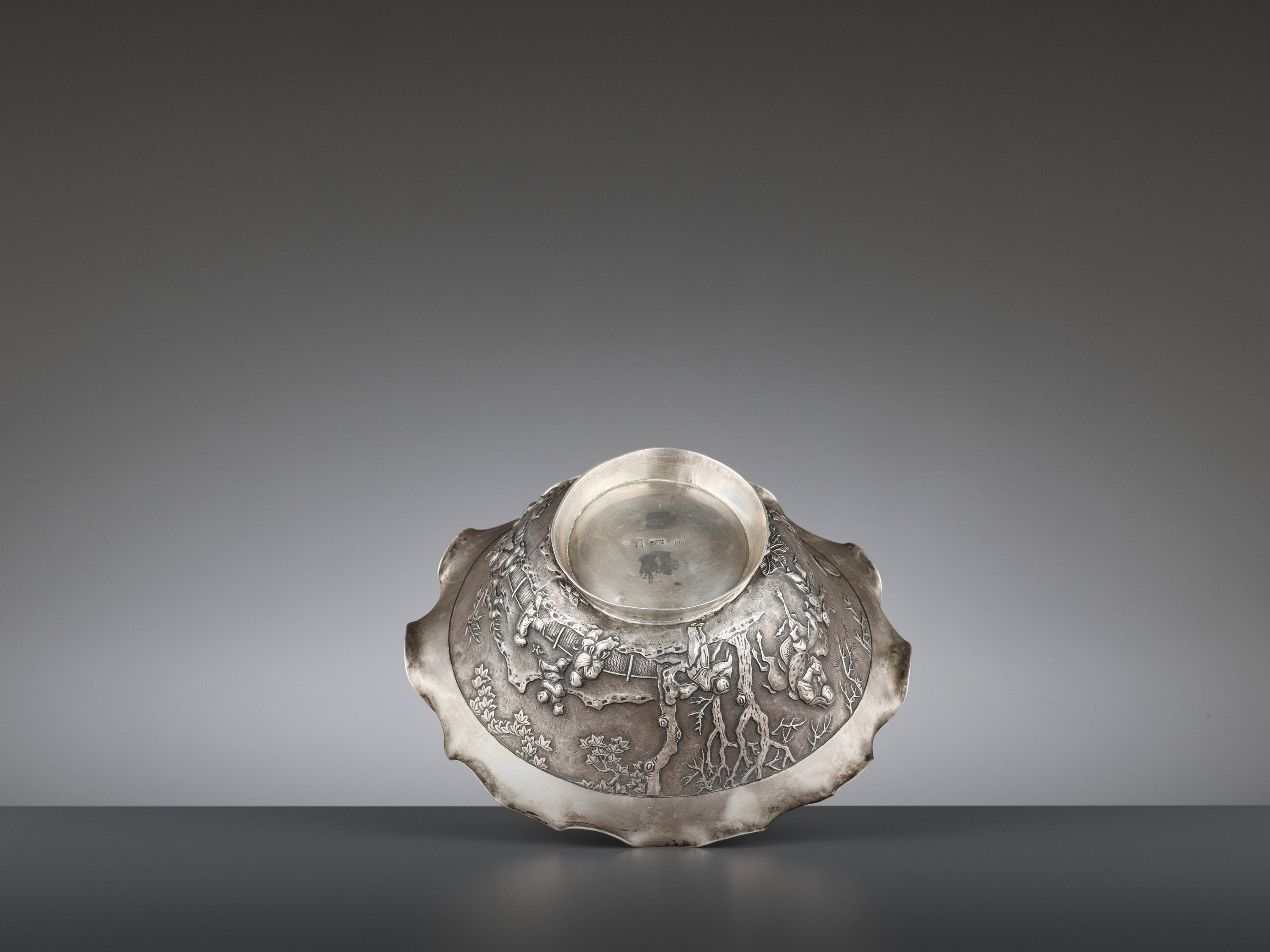 A SILVER REPOUSSE 'WEIQI PLAYERS' BOWL BY KWONG MAN SHING - Image 6 of 9