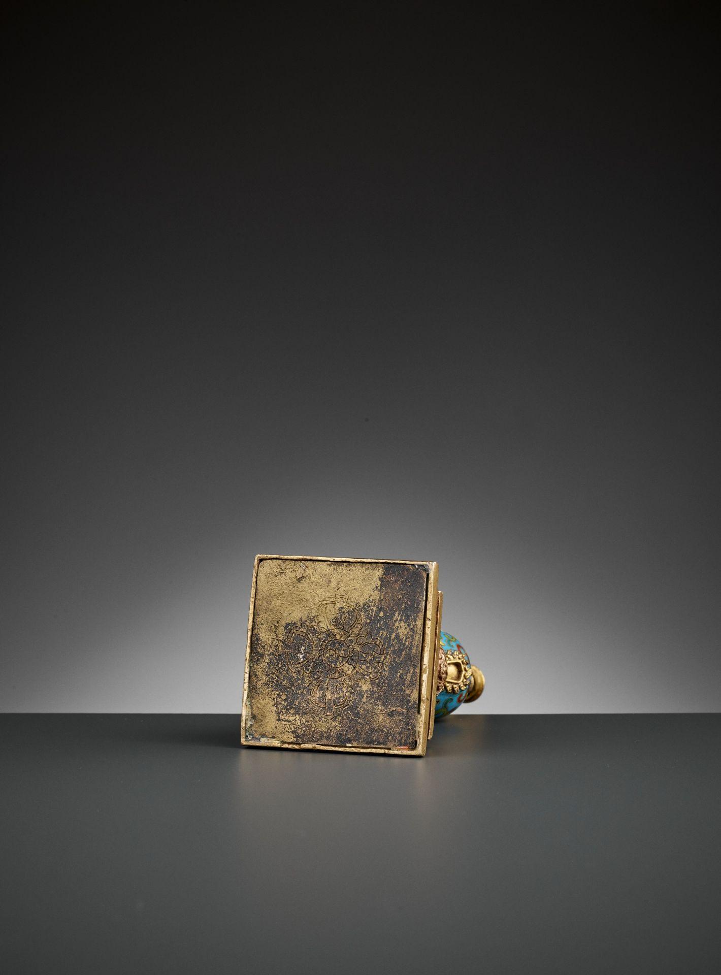 A GILT-BRONZE AND CLOISONNE ENAMEL STUPA, QIANLONG - Bild 11 aus 11