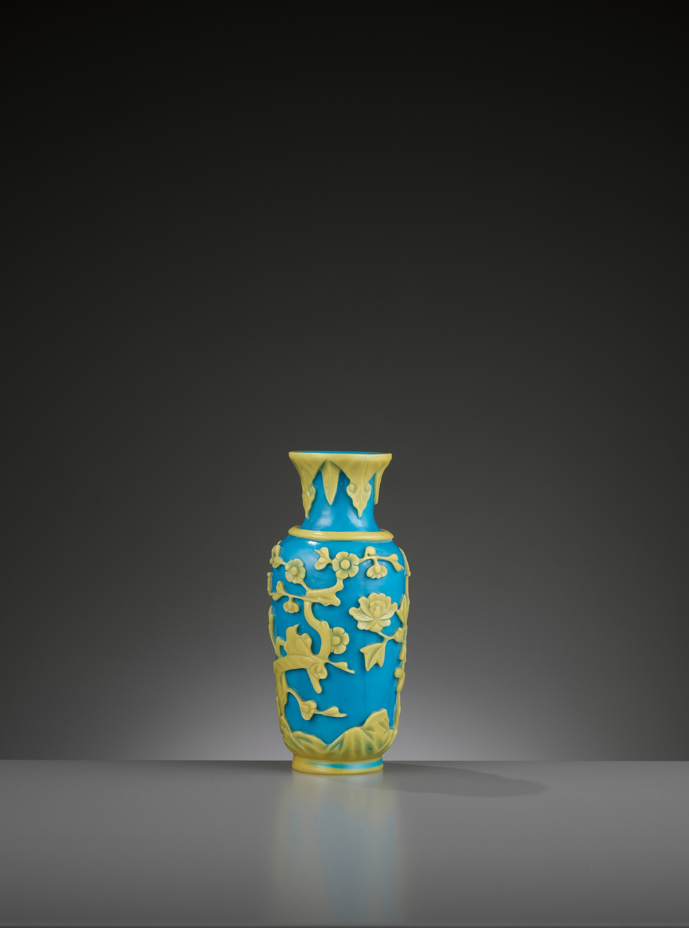 A YELLOW OVERLAY TURQUOISE GLASS VASE, TONGZHI MARK AND PERIOD - Image 7 of 9