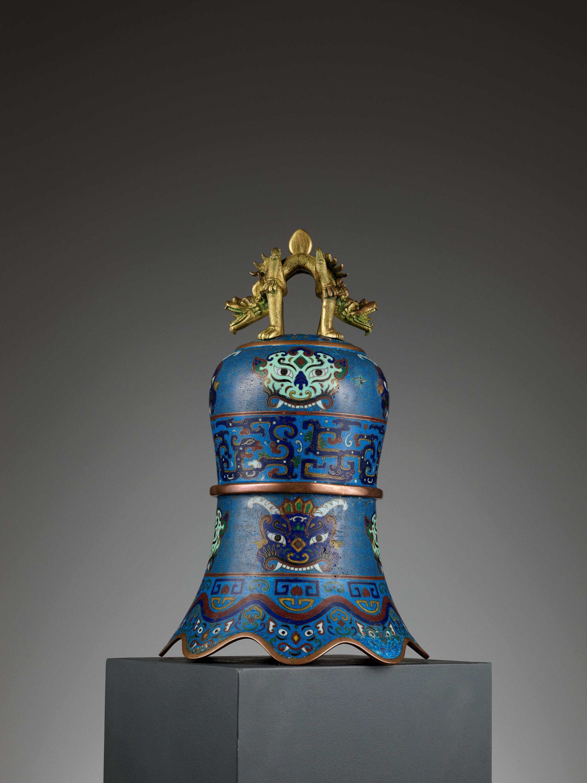 A MASSIVE CLOISONNE ENAMEL BELL, QING DYNASTY - Image 8 of 11