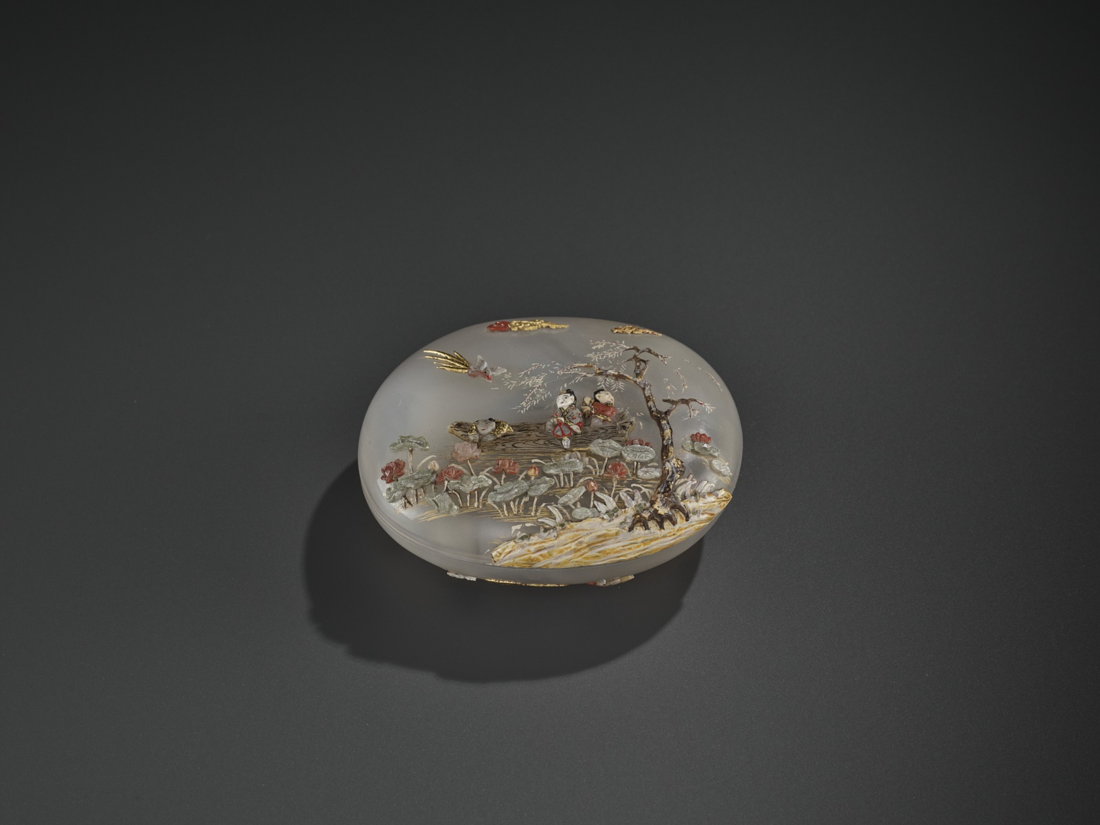 AN EMBELLISHED 'PICKING LOTUS' AGATE BOX, QING DYNASTY - Image 3 of 11