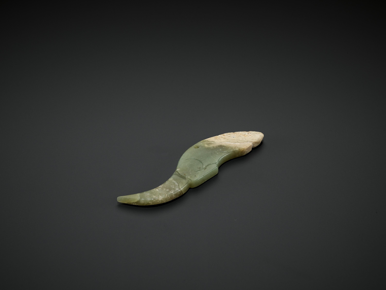 A CELADON JADE 'CROUCHING TIGER' PENDANT, WESTERN ZHOU DYNASTY - Image 4 of 6