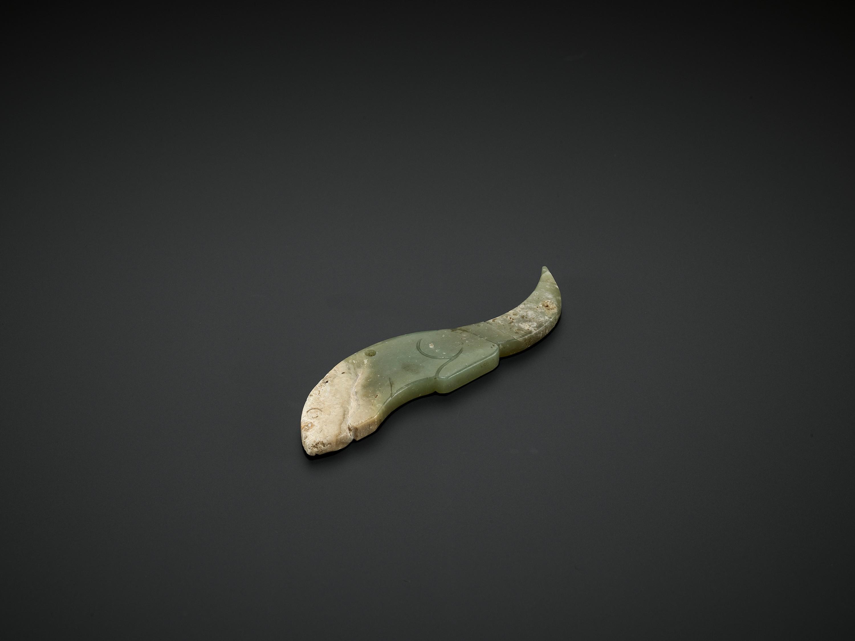 A CELADON JADE 'CROUCHING TIGER' PENDANT, WESTERN ZHOU DYNASTY - Image 3 of 6