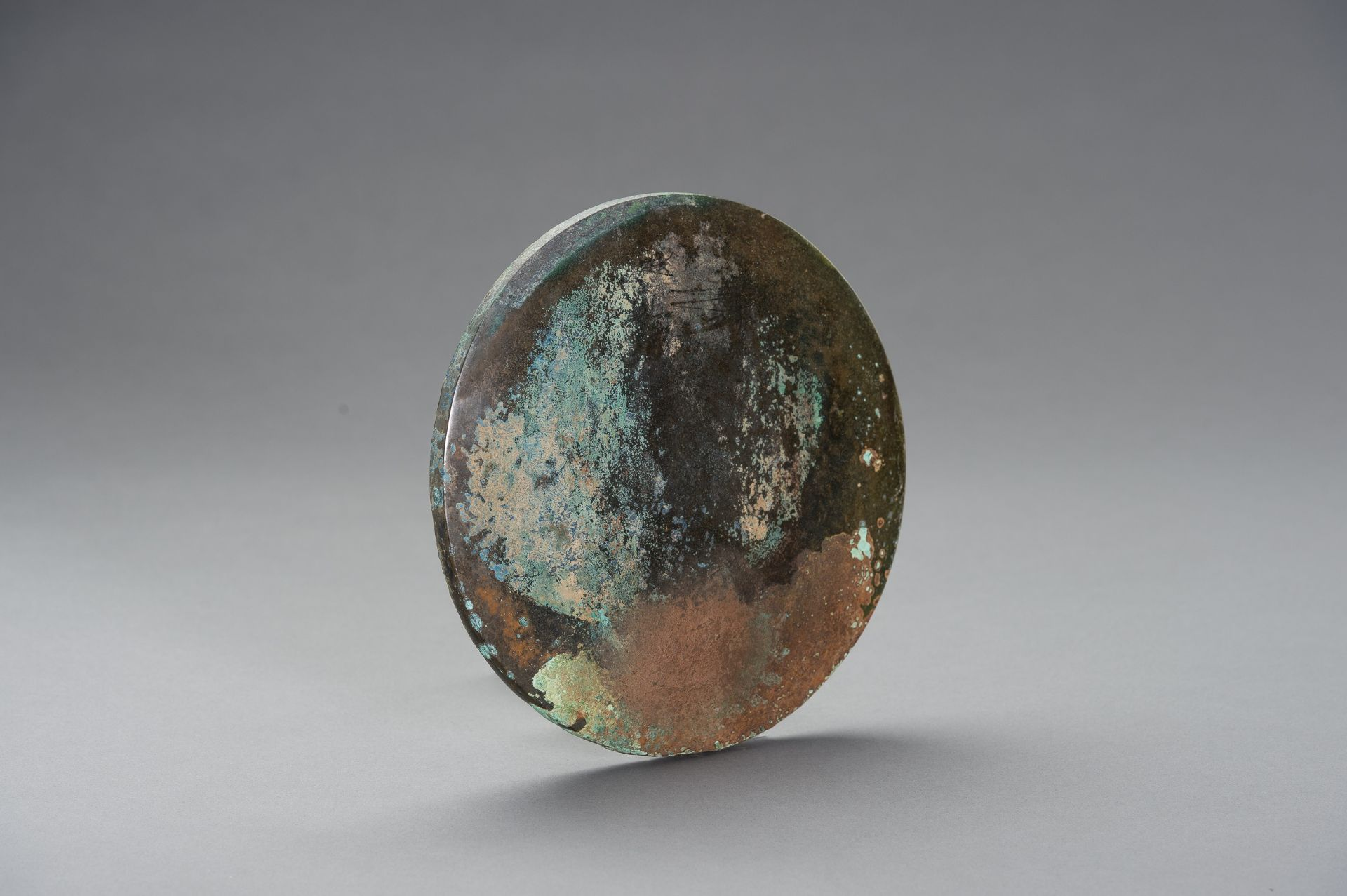 A LARGE BRONZE MIRROR - Image 8 of 8