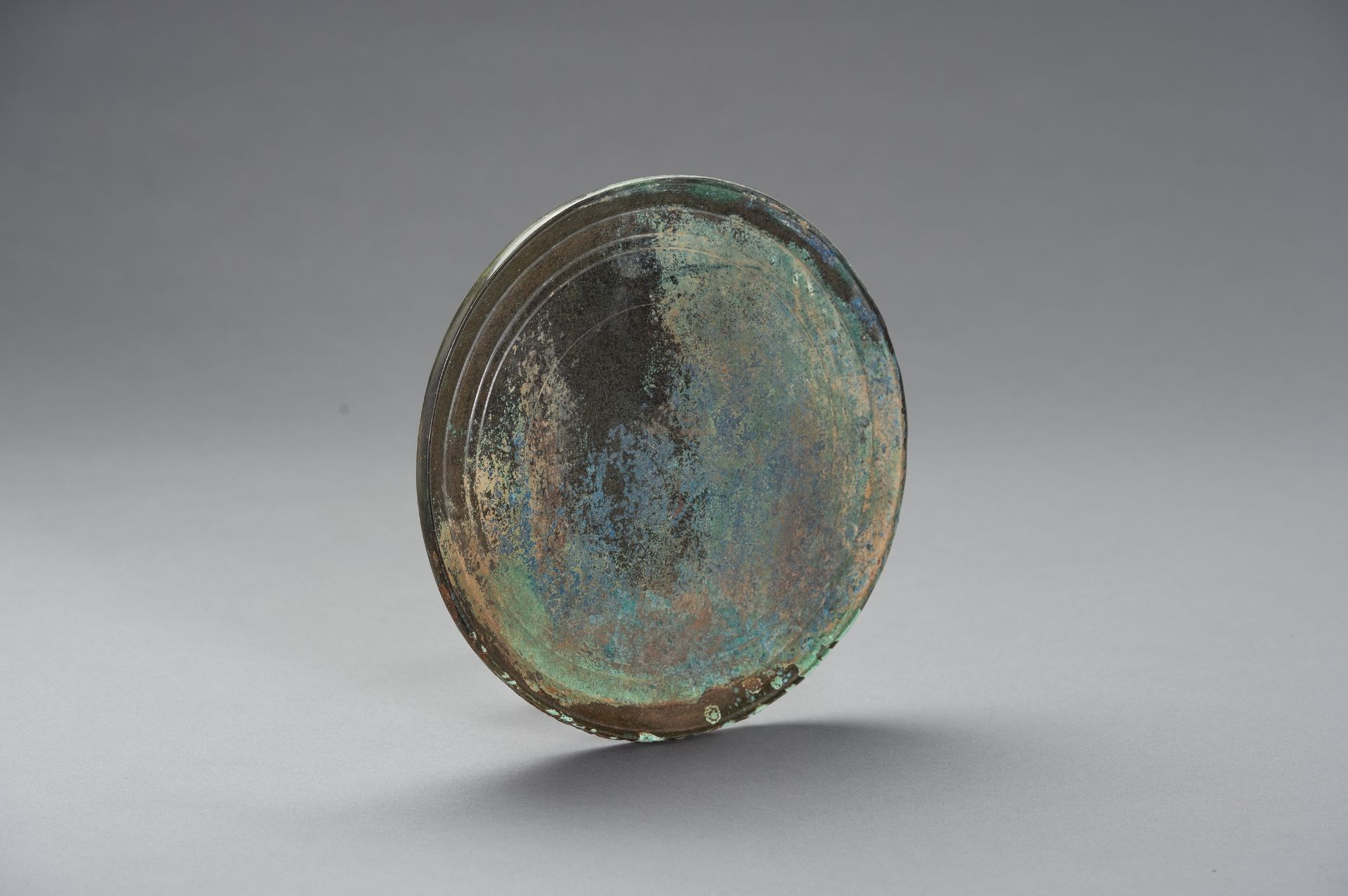 A LARGE BRONZE MIRROR - Image 7 of 8
