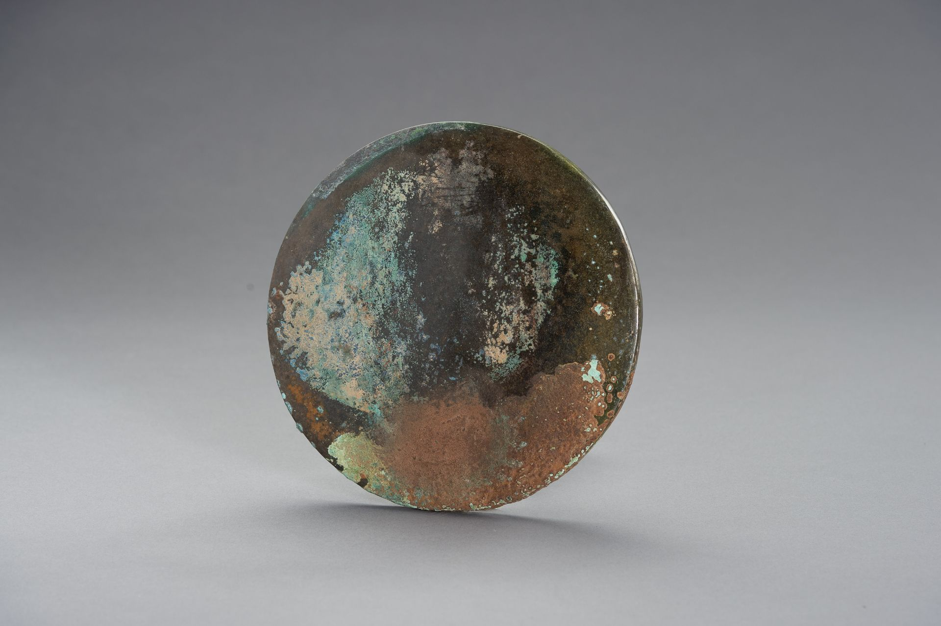 A LARGE BRONZE MIRROR - Image 6 of 8