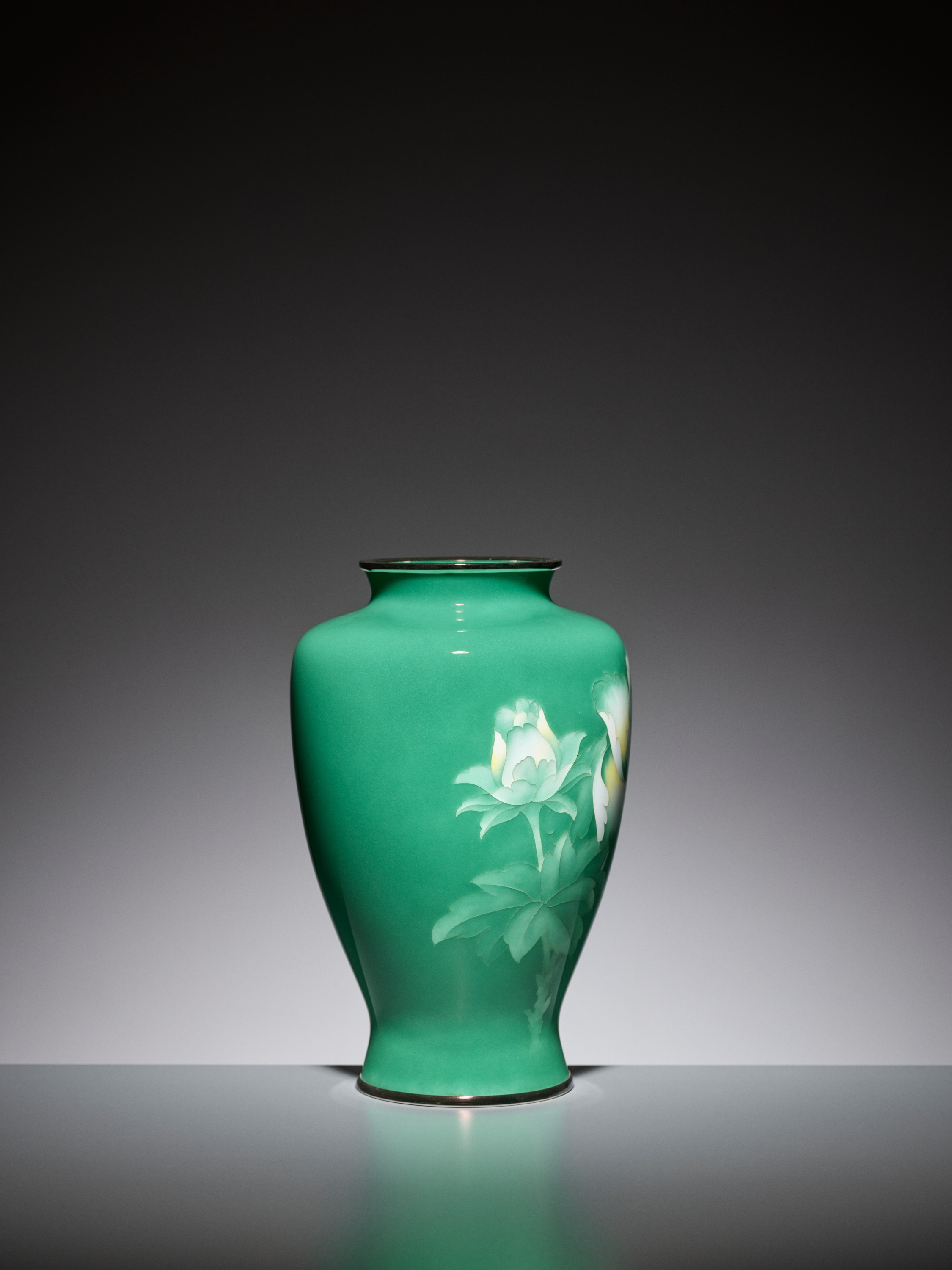 AN EMERALD GREEN CLOISONNE ENAMEL VASE WITH PEONY, ATTRIBUTED TO THE WORKSHOP OF ANDO JUBEI - Image 4 of 6