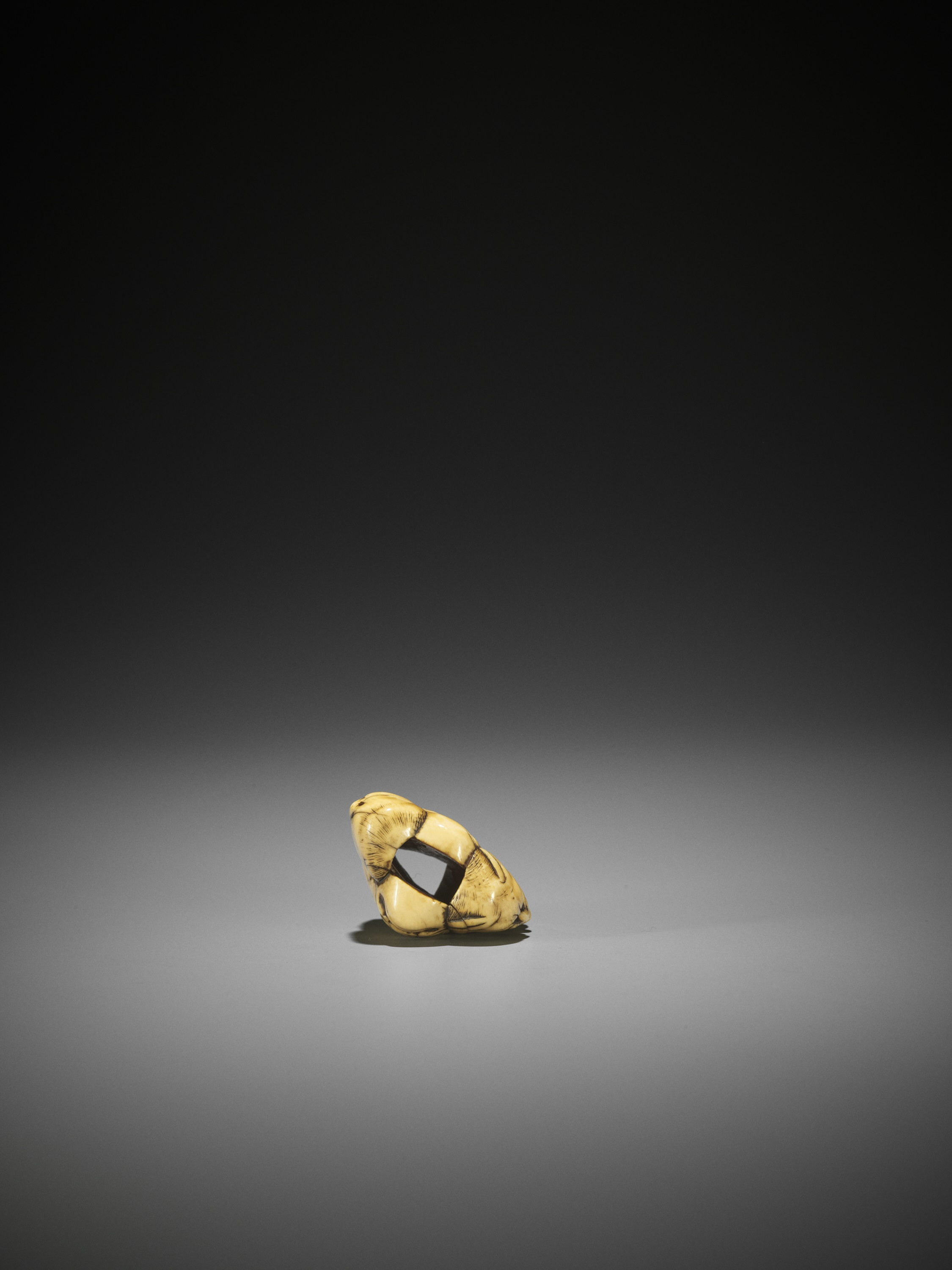 AN IVORY NETSUKE OF A GROUP OF SEVEN MASKS - Image 7 of 8