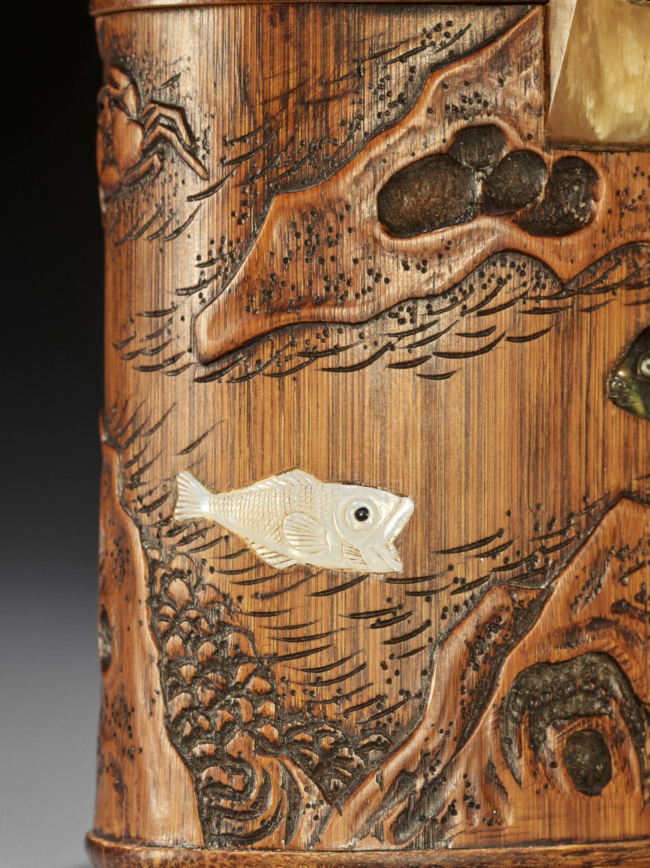 SHOMIN: AN INLAID BAMBOO TONKOTSU DEPICTING AQUATIC LIFE - Image 5 of 12
